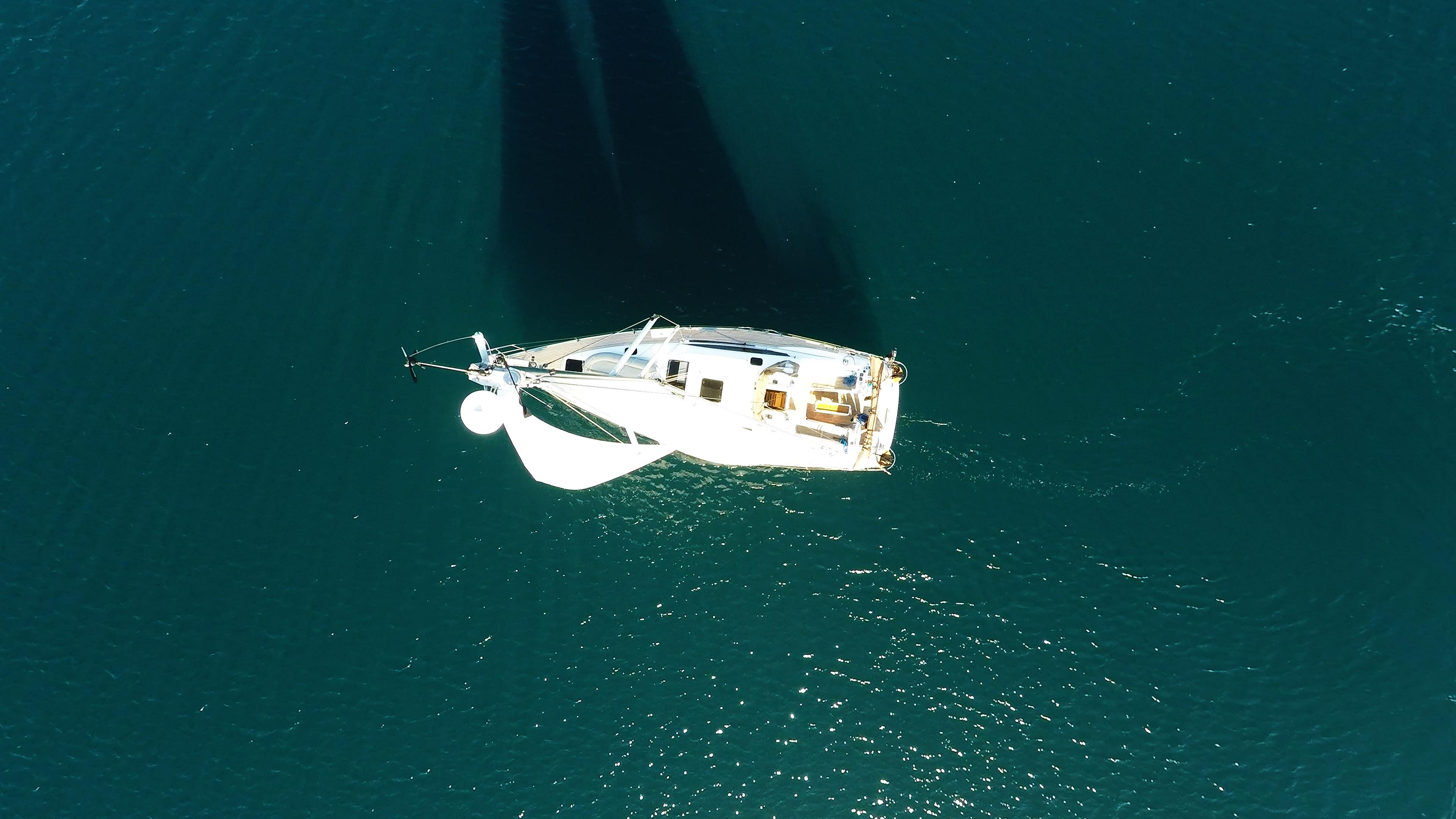 barcha a vela barca a vela dal cielo cima dell'albero vele yacht a vela
