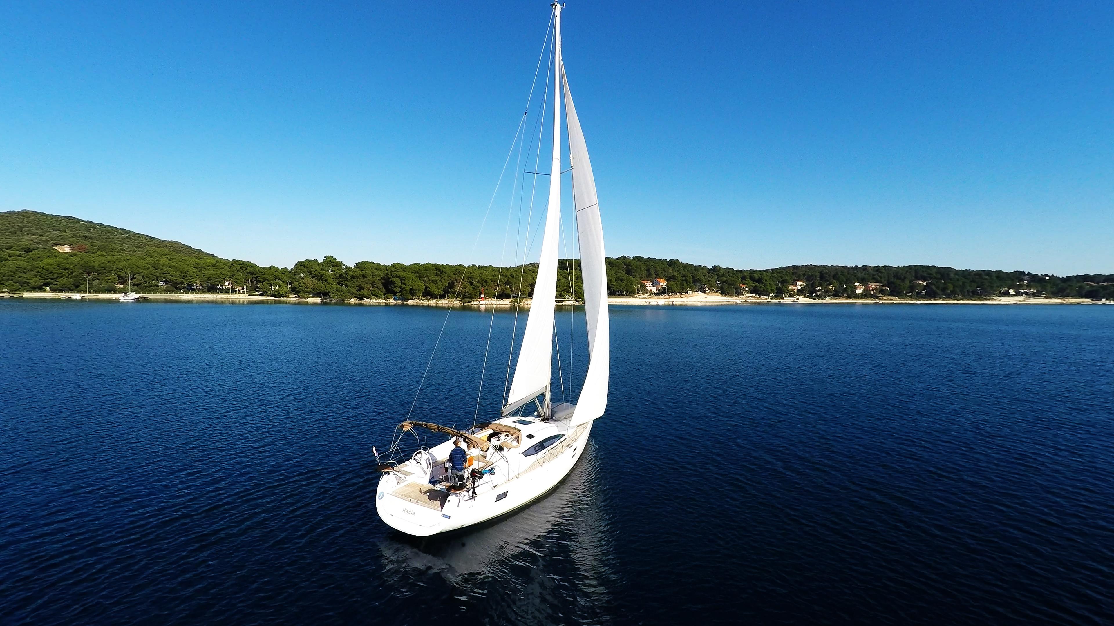 barcha a vela barca a velanella baia del mare cielo blu vele Croazia yacht a vela