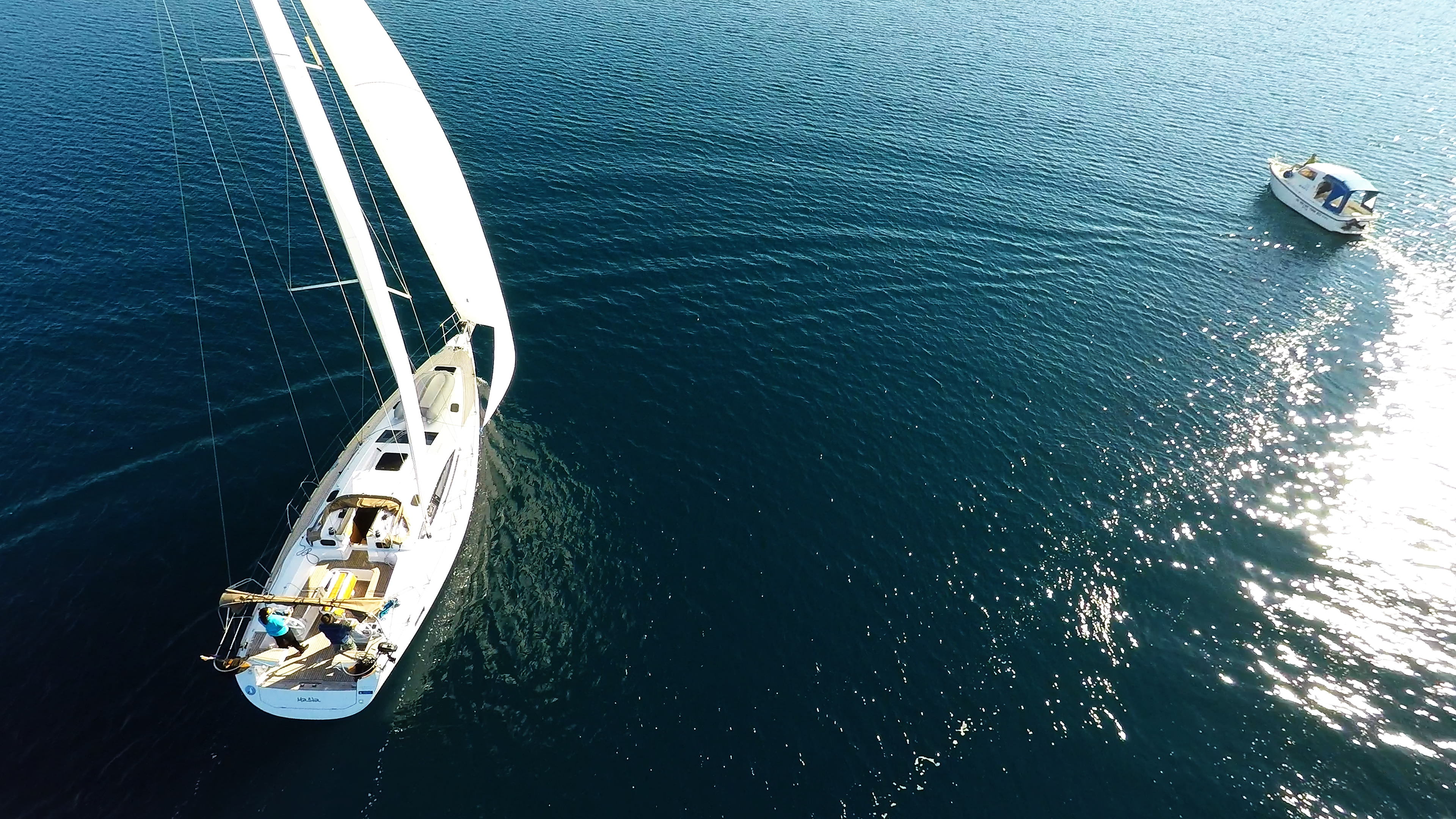 barcha a vela barca a vela accanto alla barca a motoree a vela blu mare