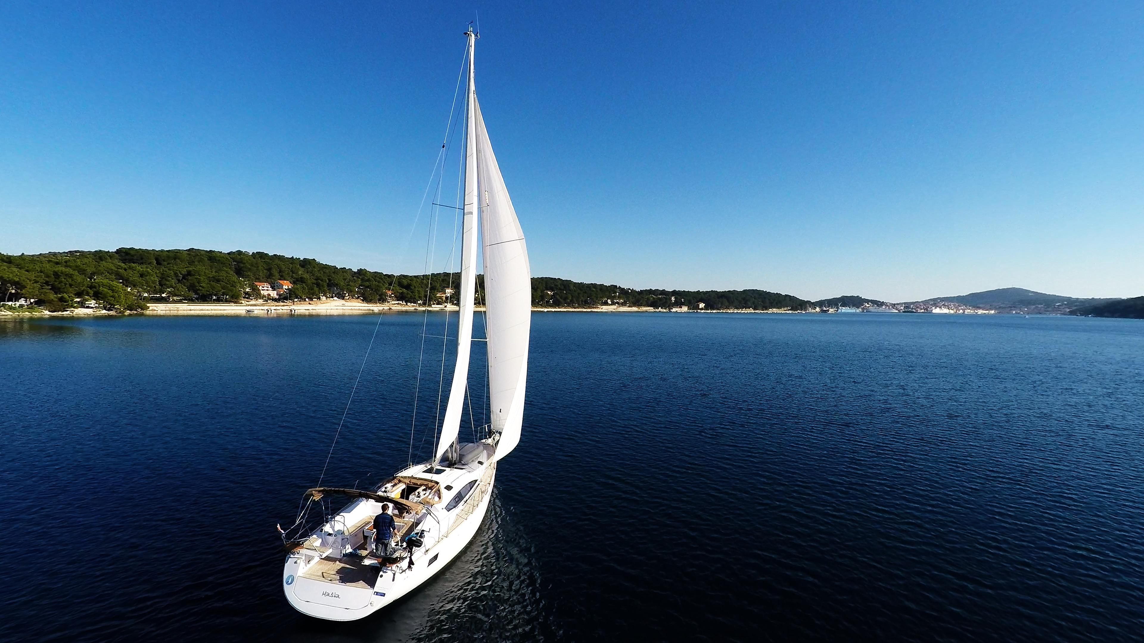 barcha a vela barca a vela navigare nella baia del mare Croazia cielo blu vele di yacht a vela
