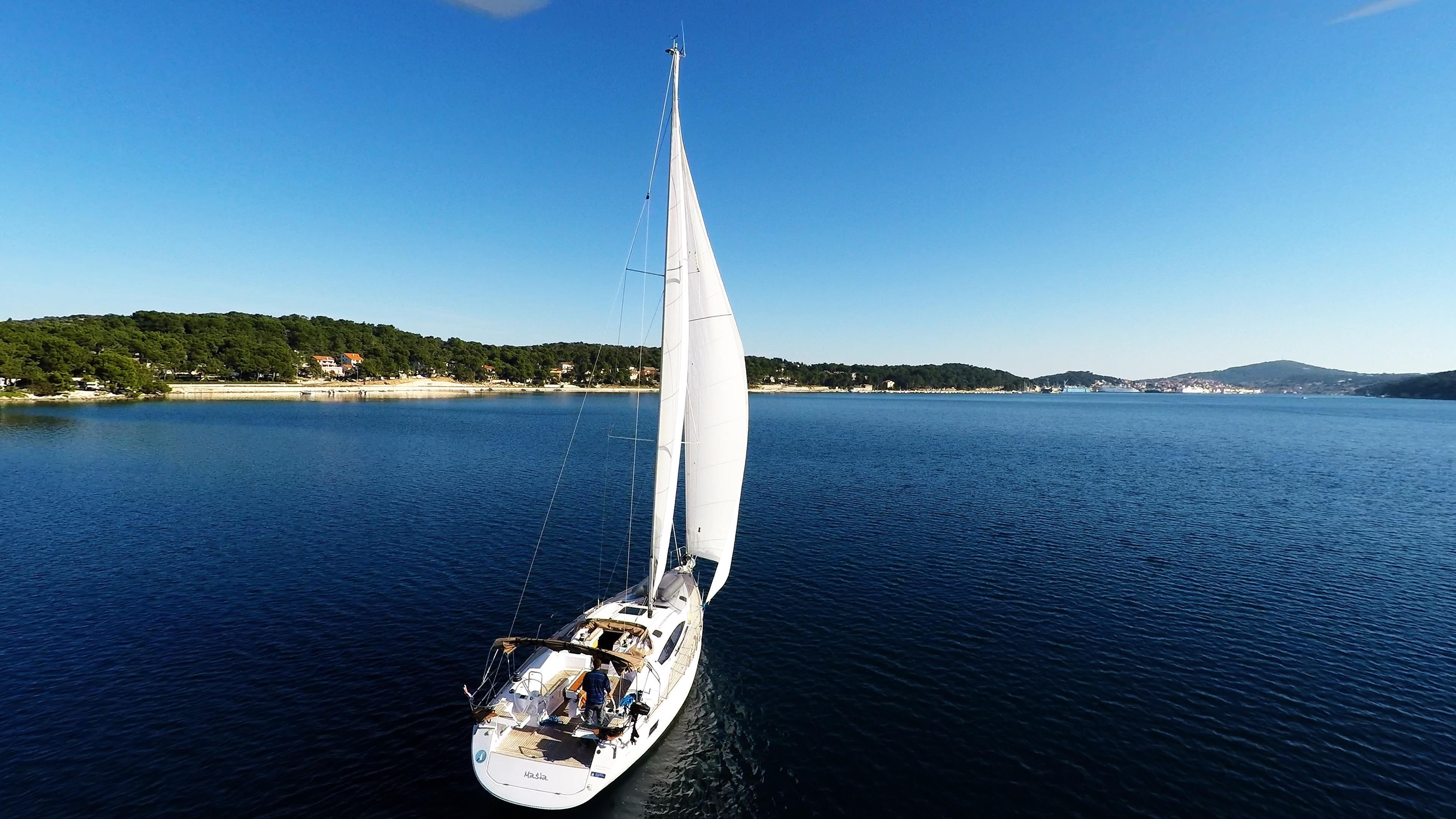 barcha a vela barca a vela veleggiare nella baia del mare cielo blu yacht barca