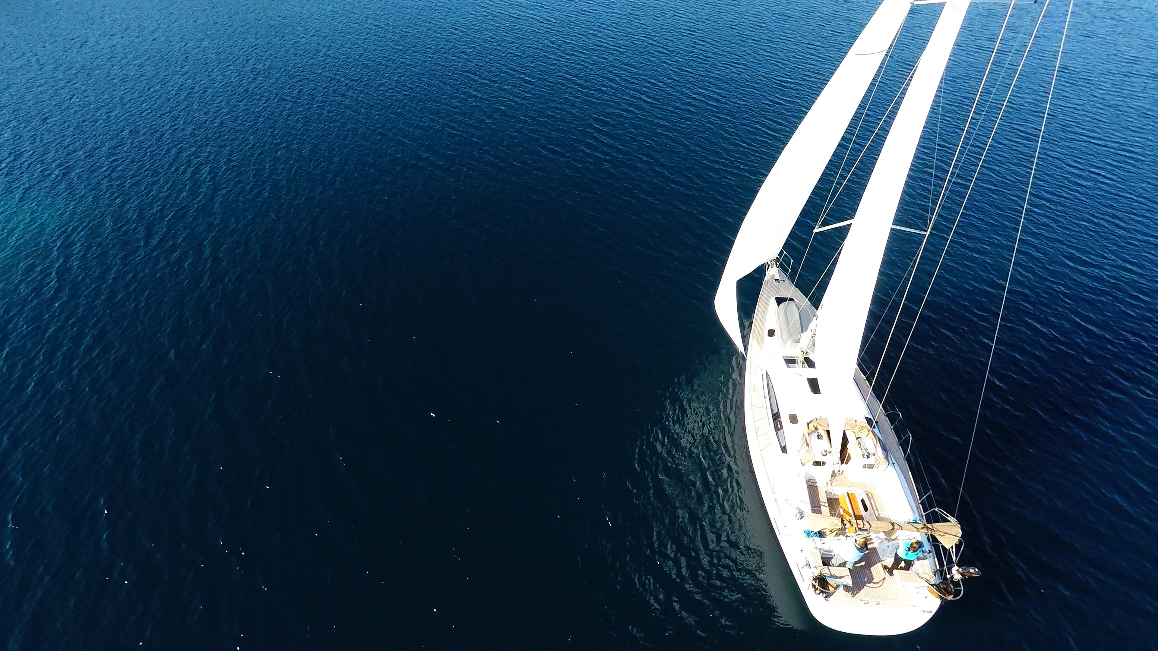 barcha a vela vele della barca a vela mare blu yacht a vela