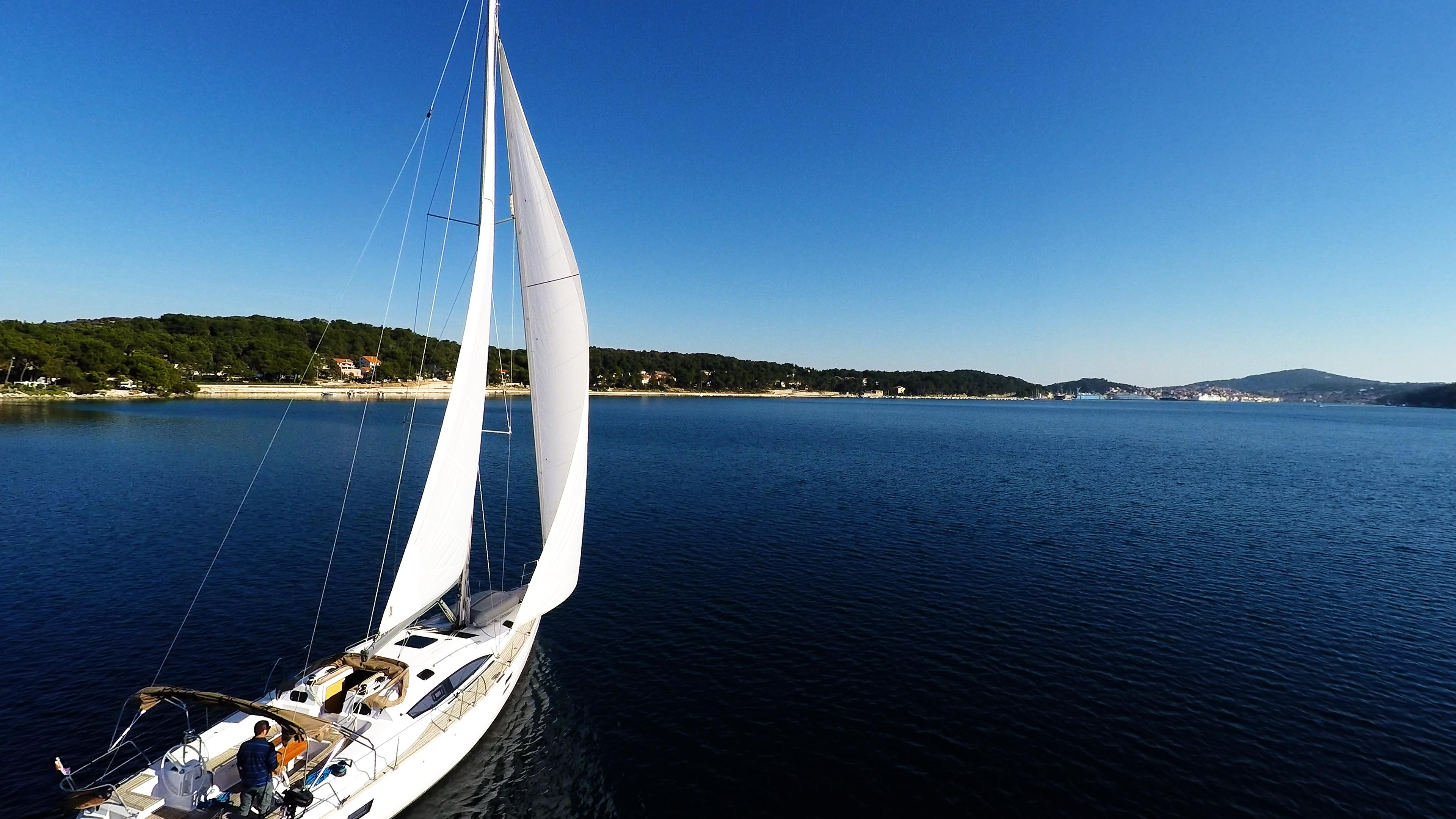 barcha a vela vele della barca a vela cielo blu baia del mare Croazia yacht a vela