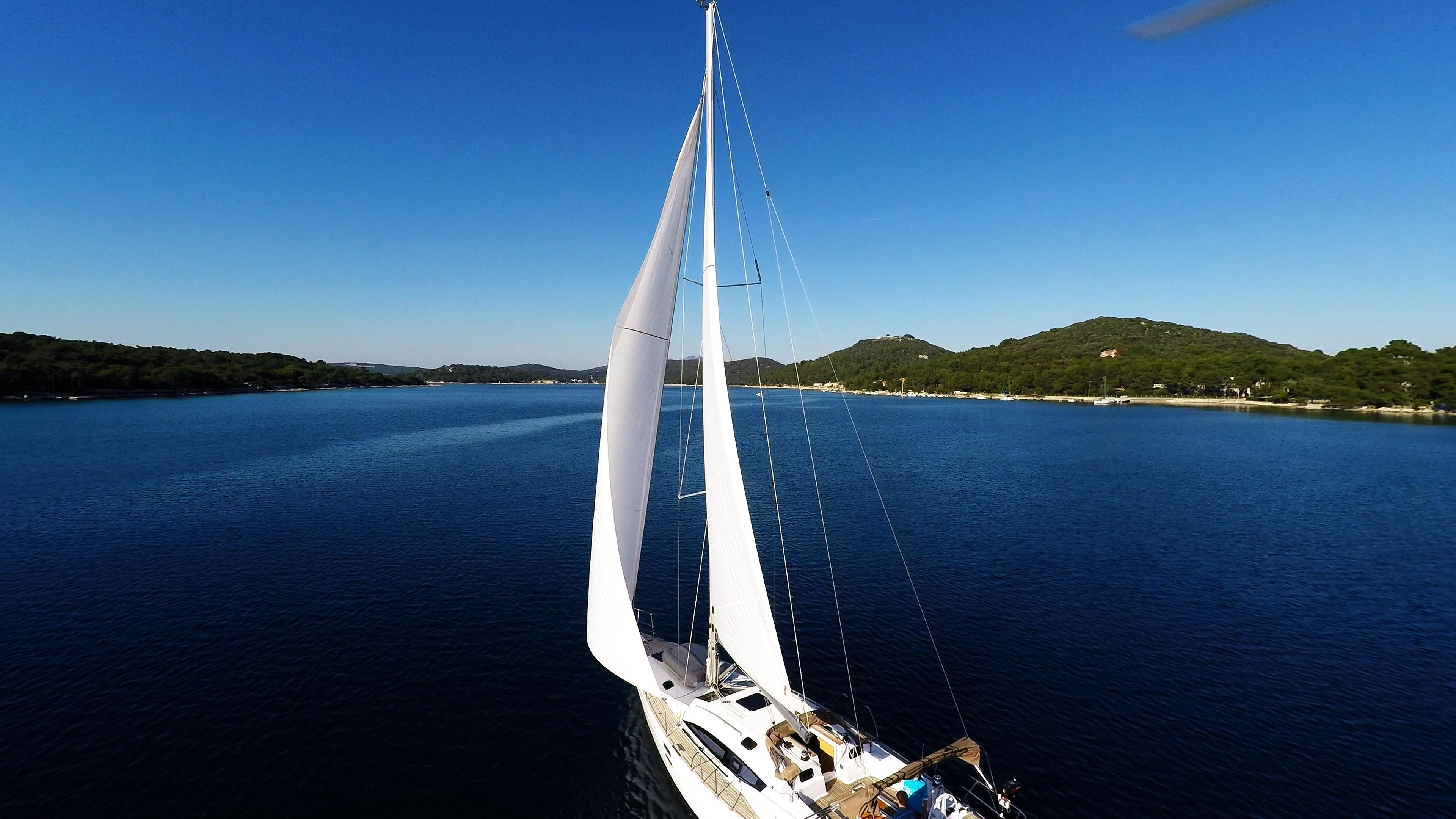 barcha a vela vele della barca a vela baia del mare cielo blu Croazia yacht a vela