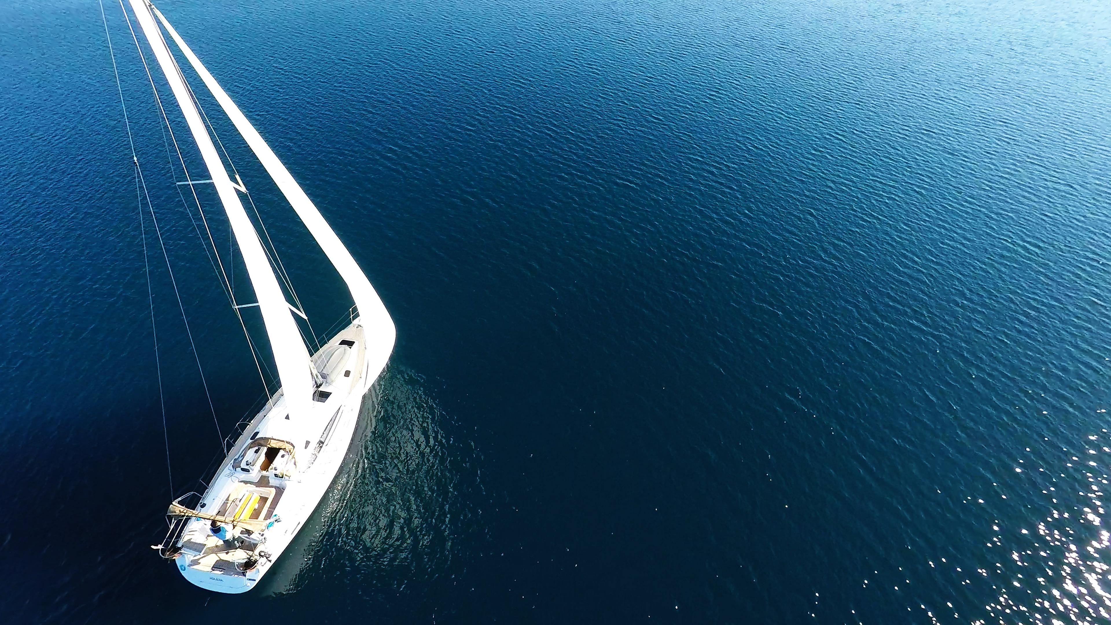 barcha a vela barca a vela soleggiato sole mare blu vela barca a vela