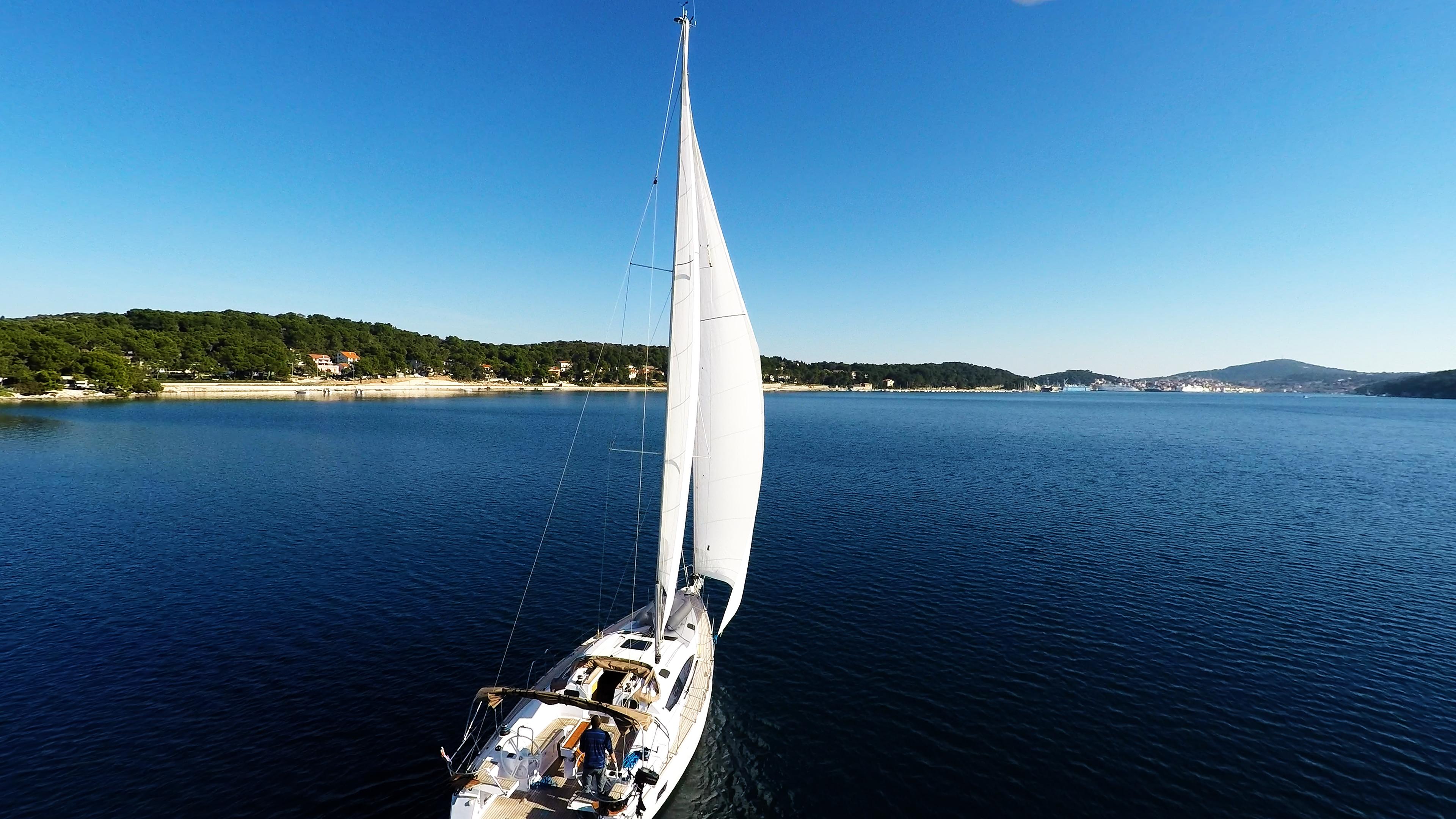barcha a vela navigando nella baiadi mali losinj cielo blu barca a vela