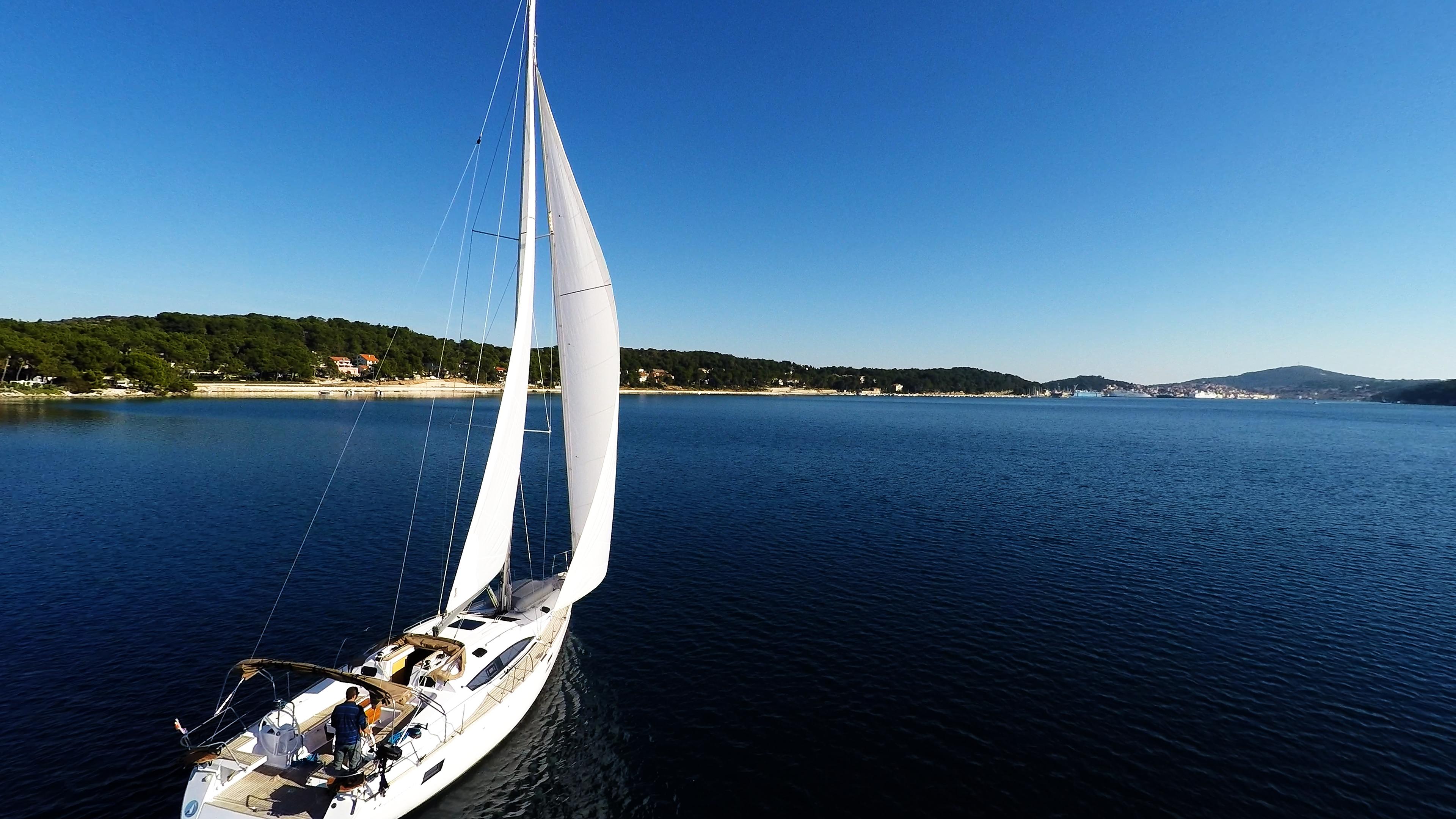 barcha a vela veleggiare nella baia del mare cielo blu vele della barca a vela