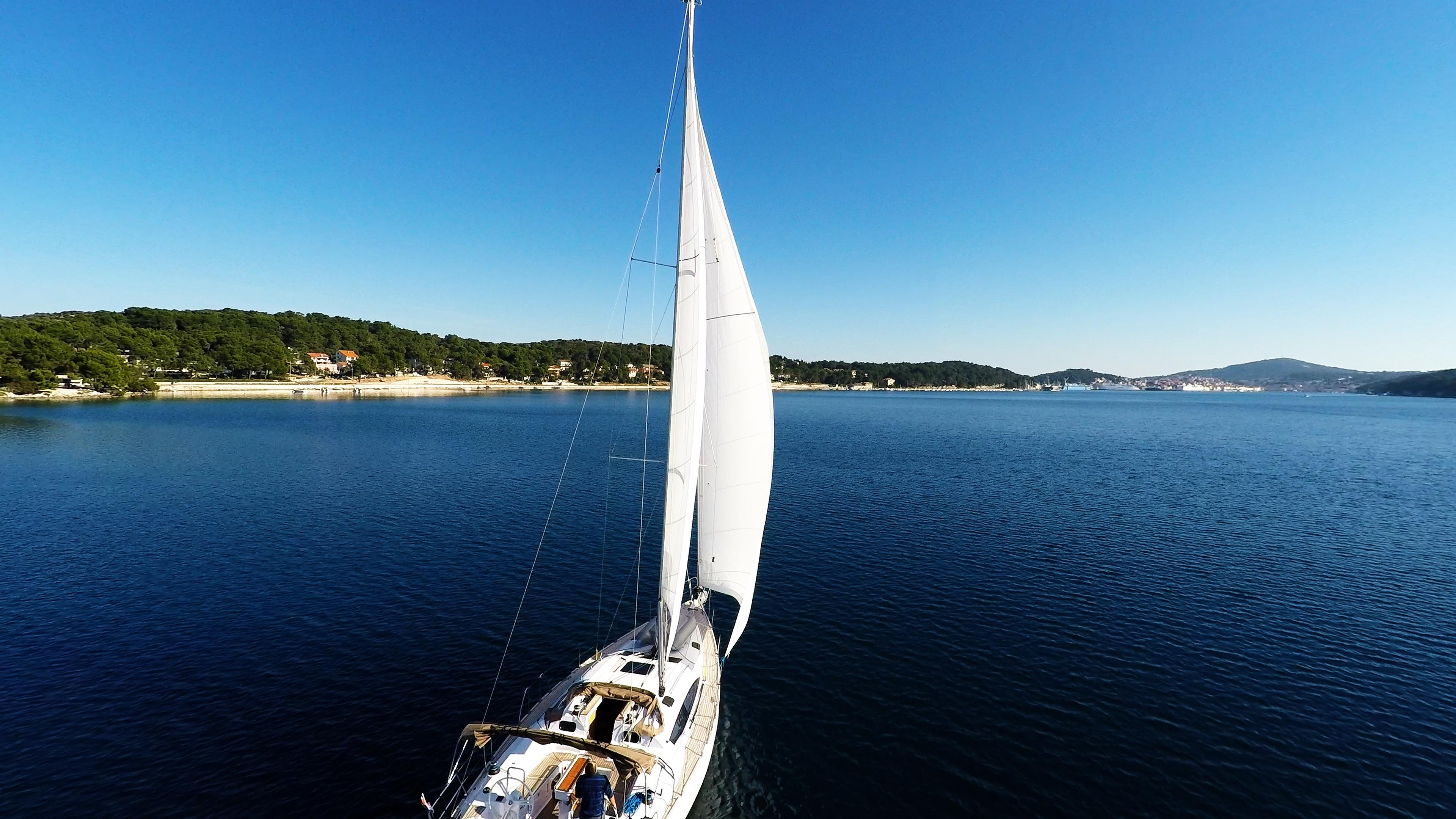 barcha a vela veleggiare nella baia del maredi losinj Croazia barca a vela yacht
