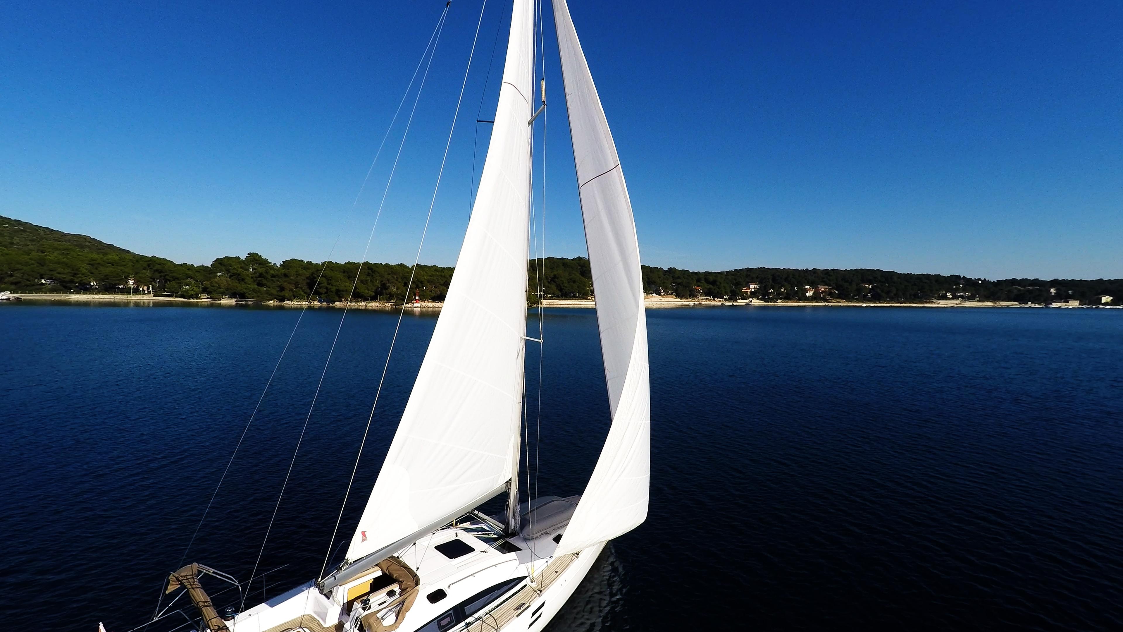 barcha a vela veleggiare verso la costa barca a vela yacht cielo blu mare