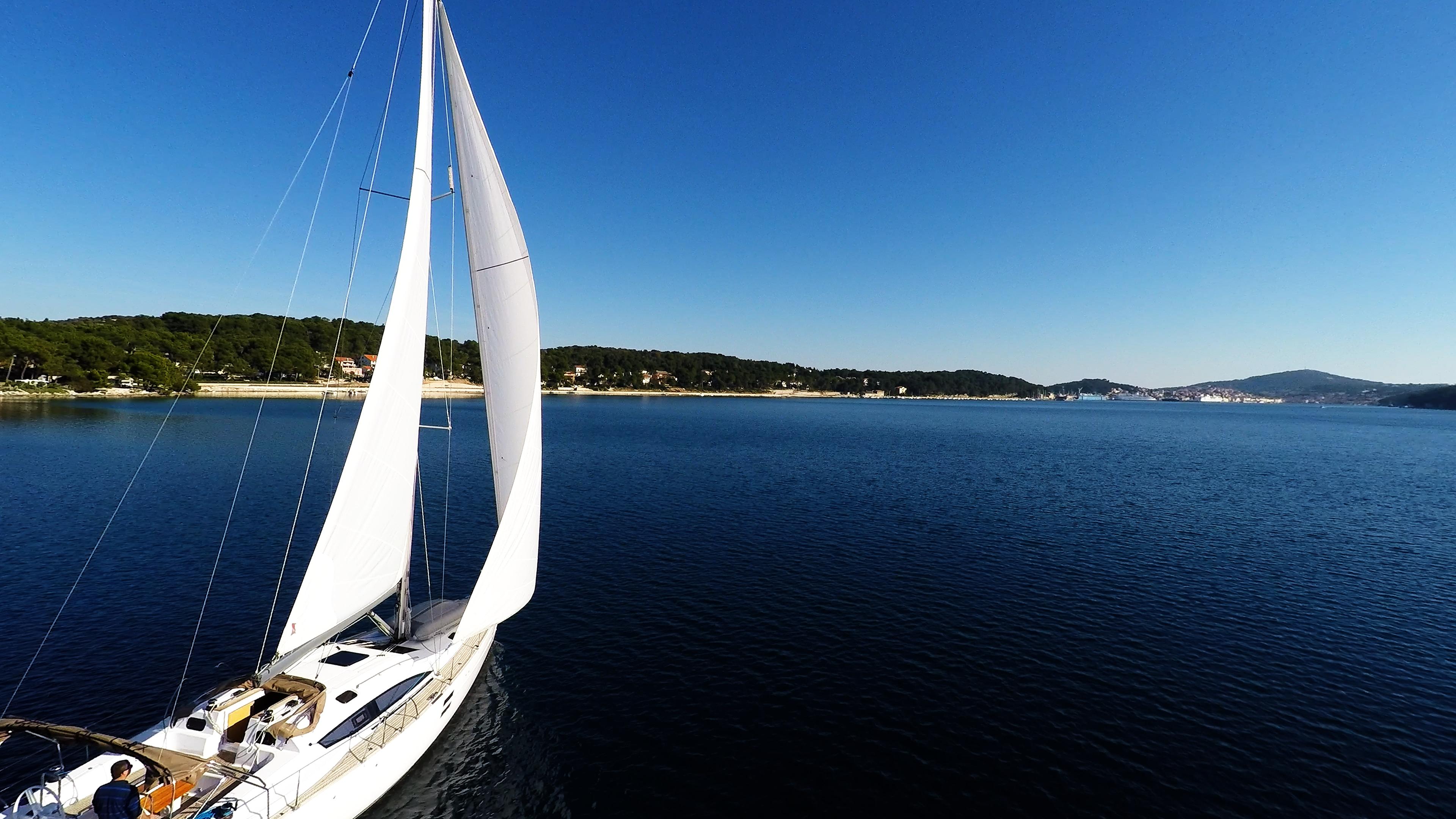 barcha a vela yacht a vela cielo blu baia del mare Croazia vele della barca a vela