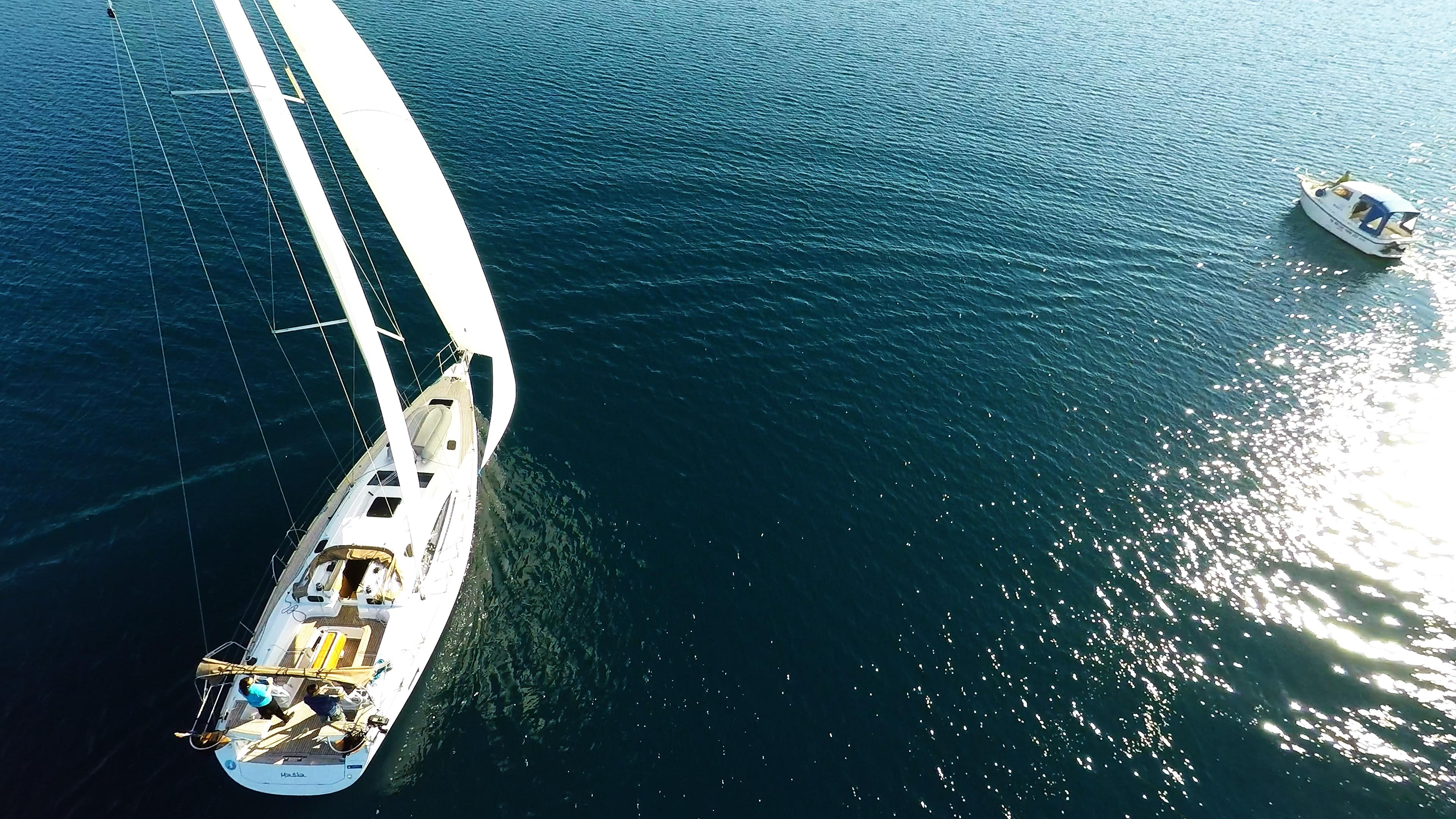 barcha a vela coperta per yacht a vela elan 45 barca a motoree mare blu