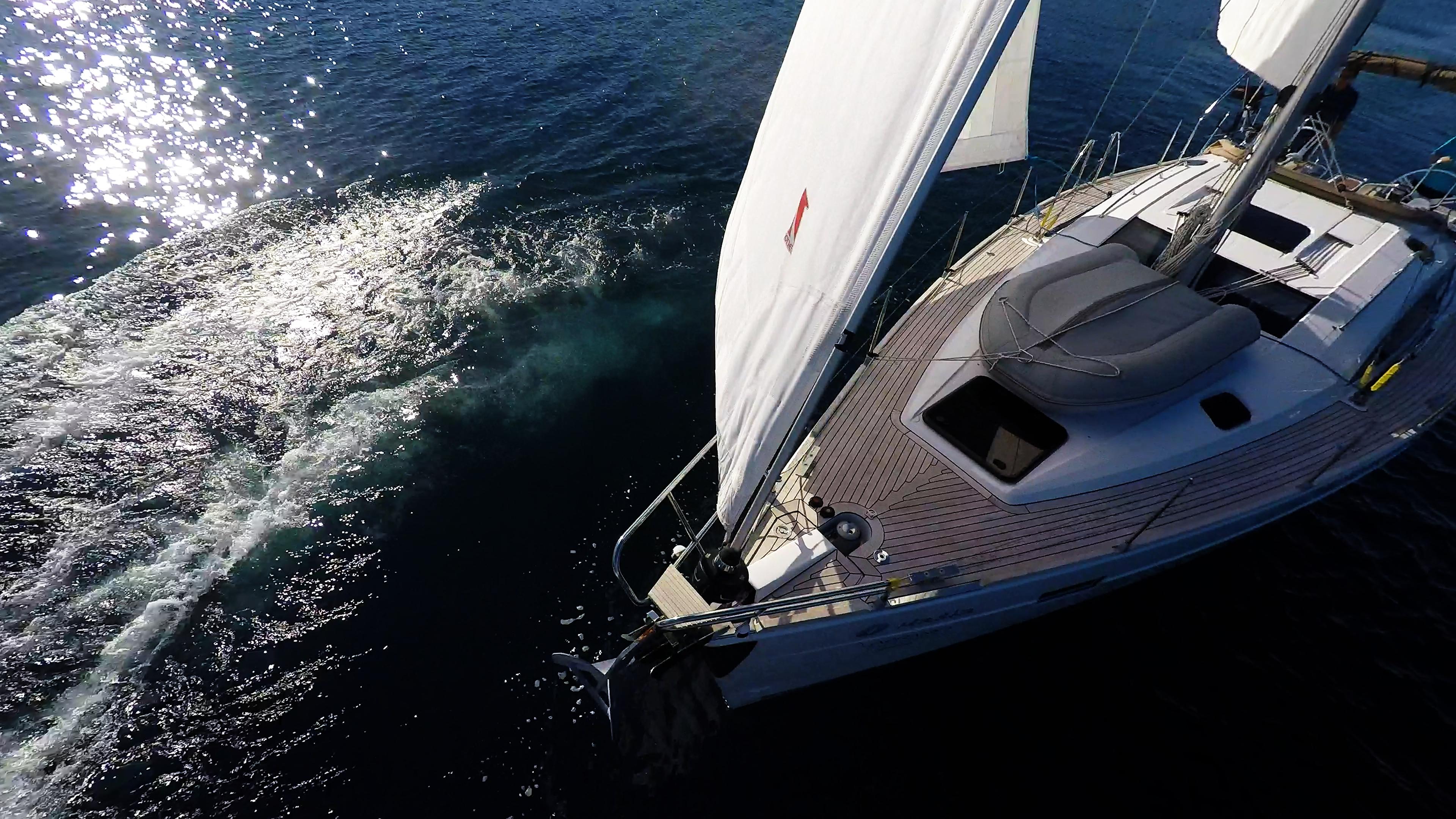 barcha a vela yacht a vela elan 45 impression prua pontein teak vele della barca a vela