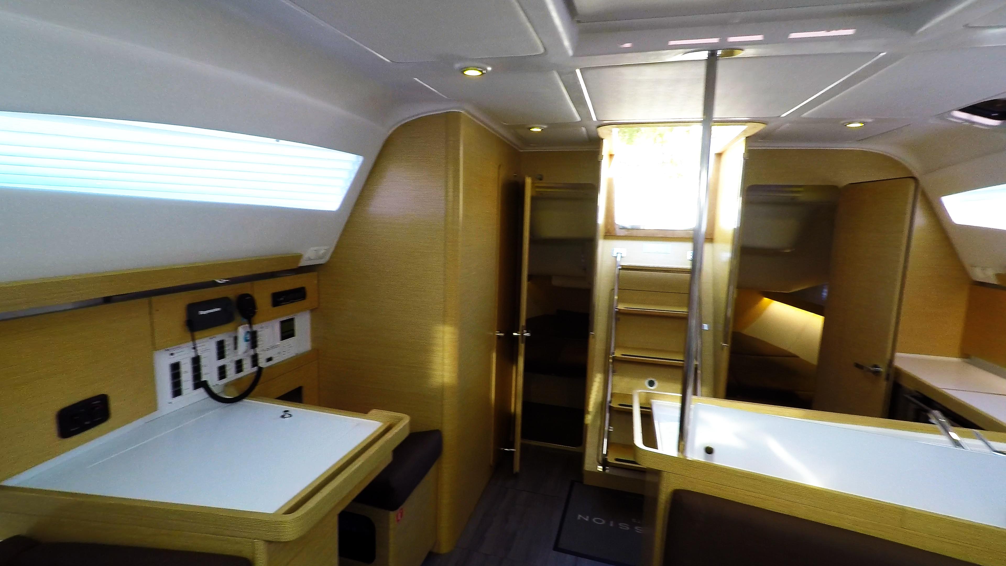 barcha a vela yacht a vela Elan 45 impression interno navigazione tavolo salone