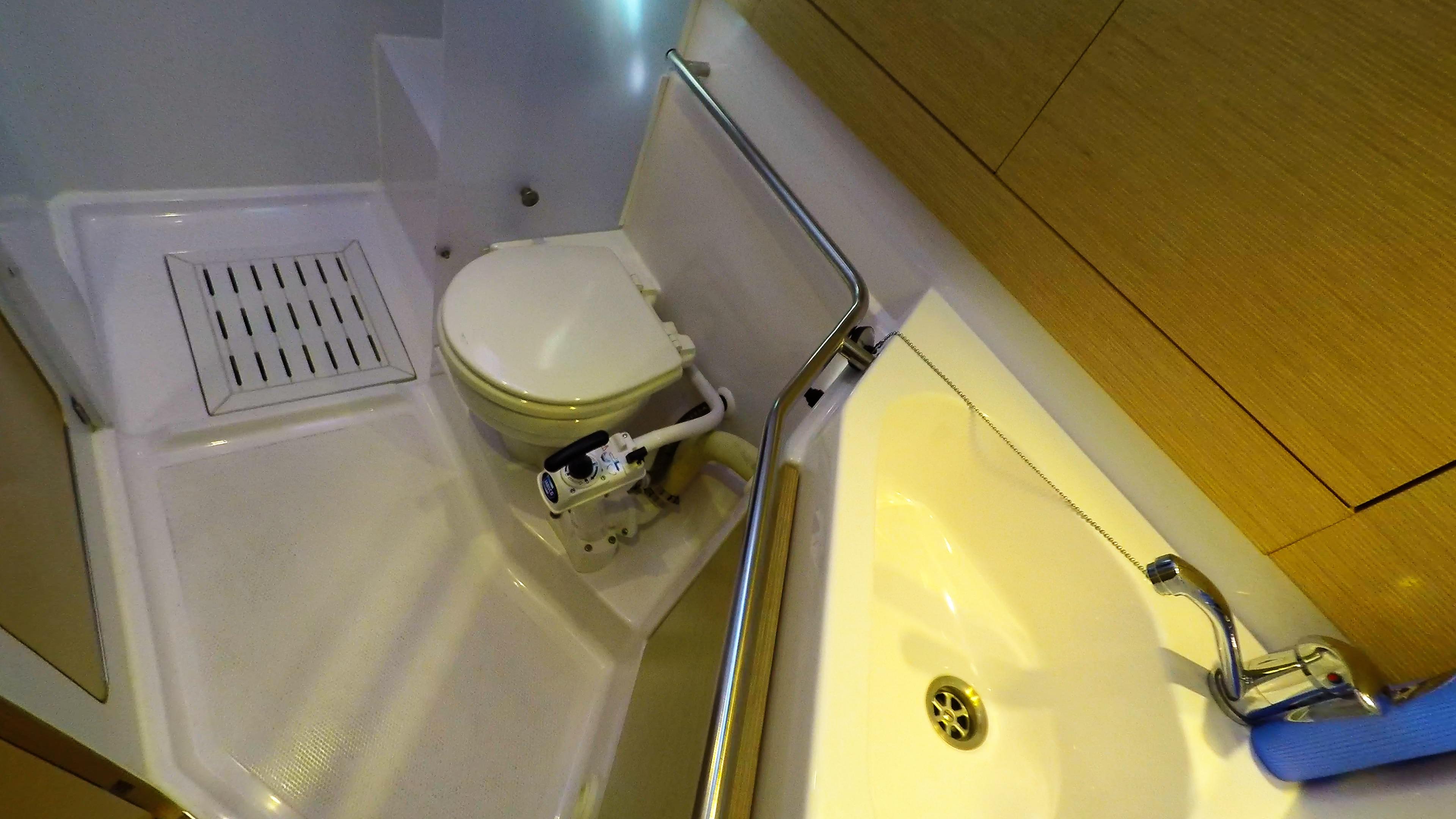 barcha a vela yacht a vela Elan 45 impression interno destra cabina gabinetto doccia
