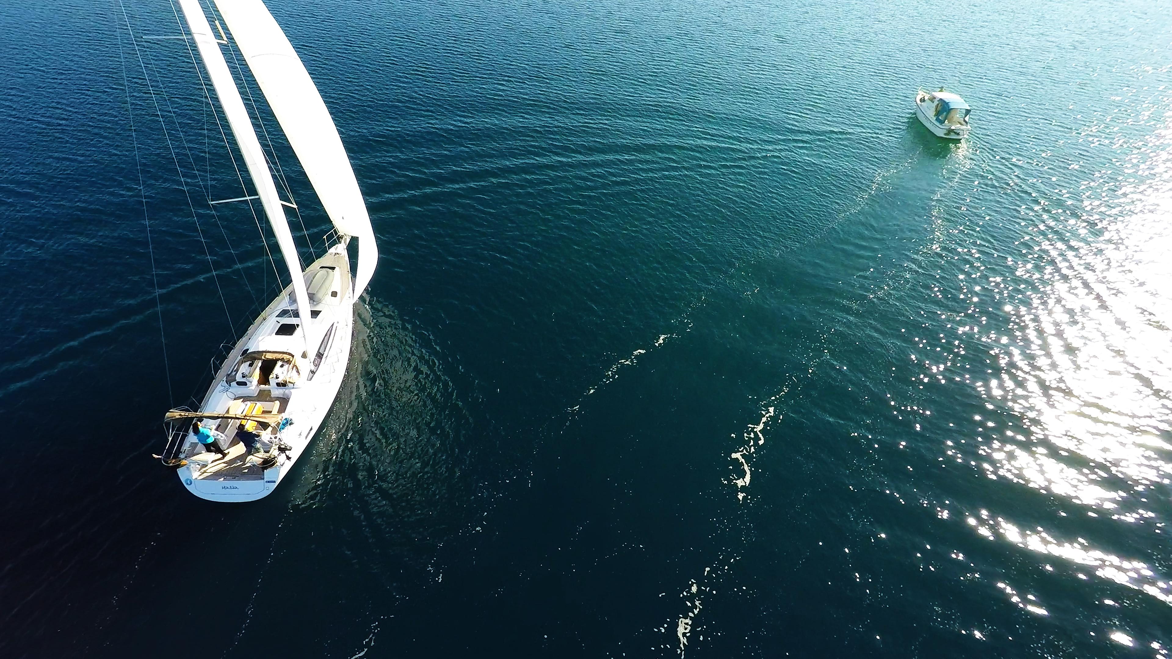 barcha a vela yacht a vela accanto alla barca a motoree al mare blu