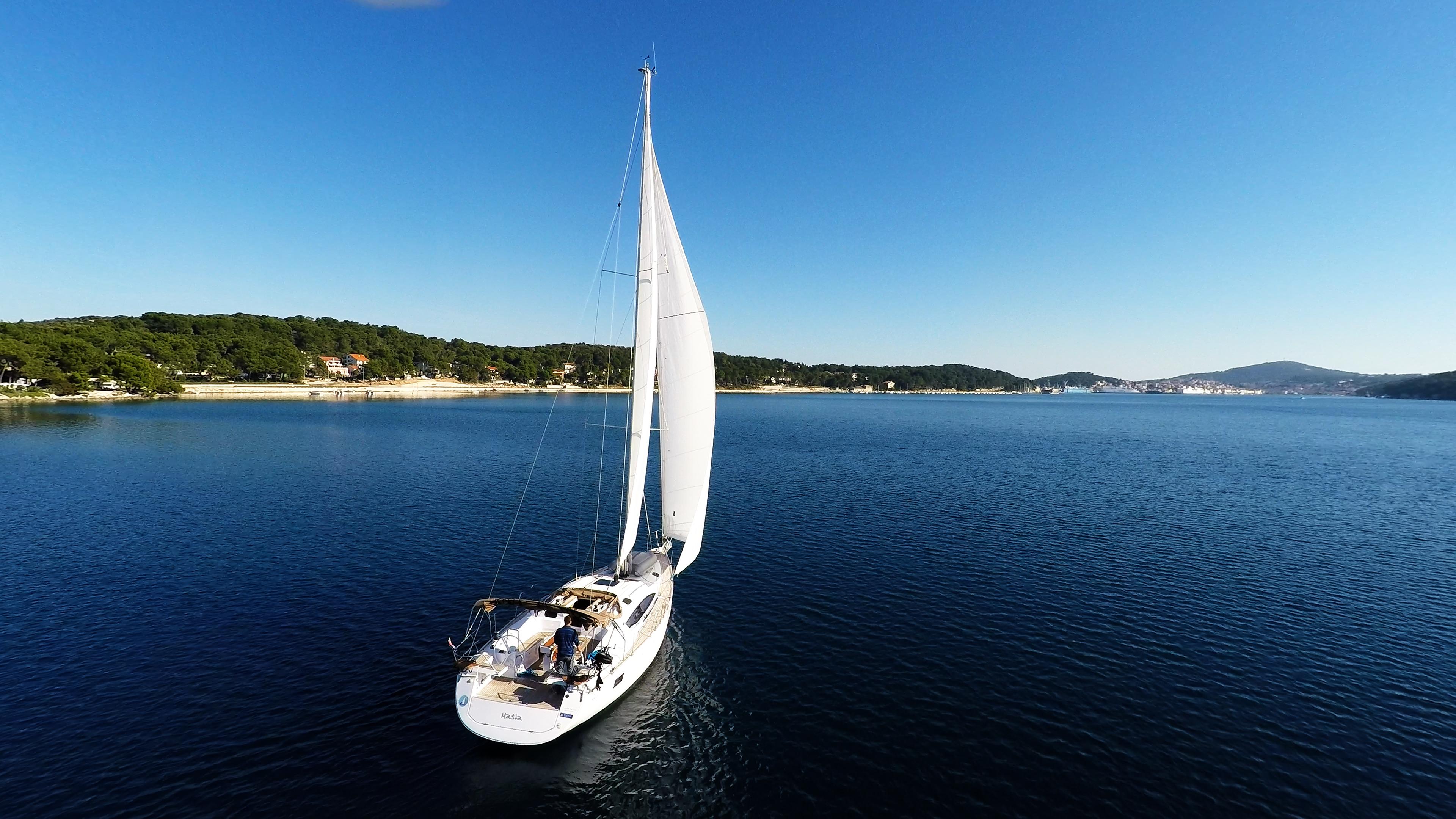 barcha a vela yacht a vela velein mare baia Croaziasopra cielo blu barca a vela vela