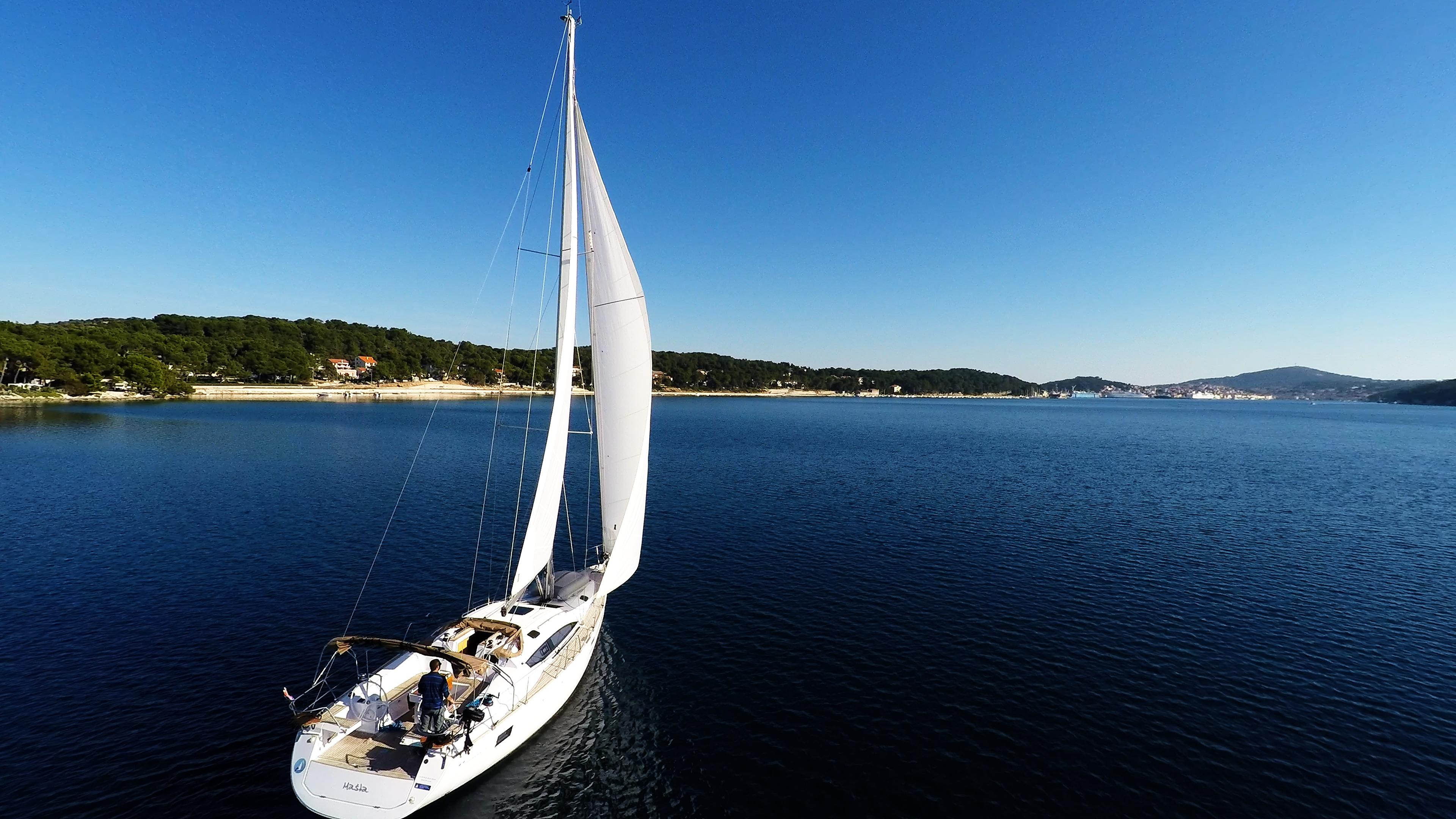 barcha a vela vele di yacht a velain baia del mare cielo blu Croazia barca a vela