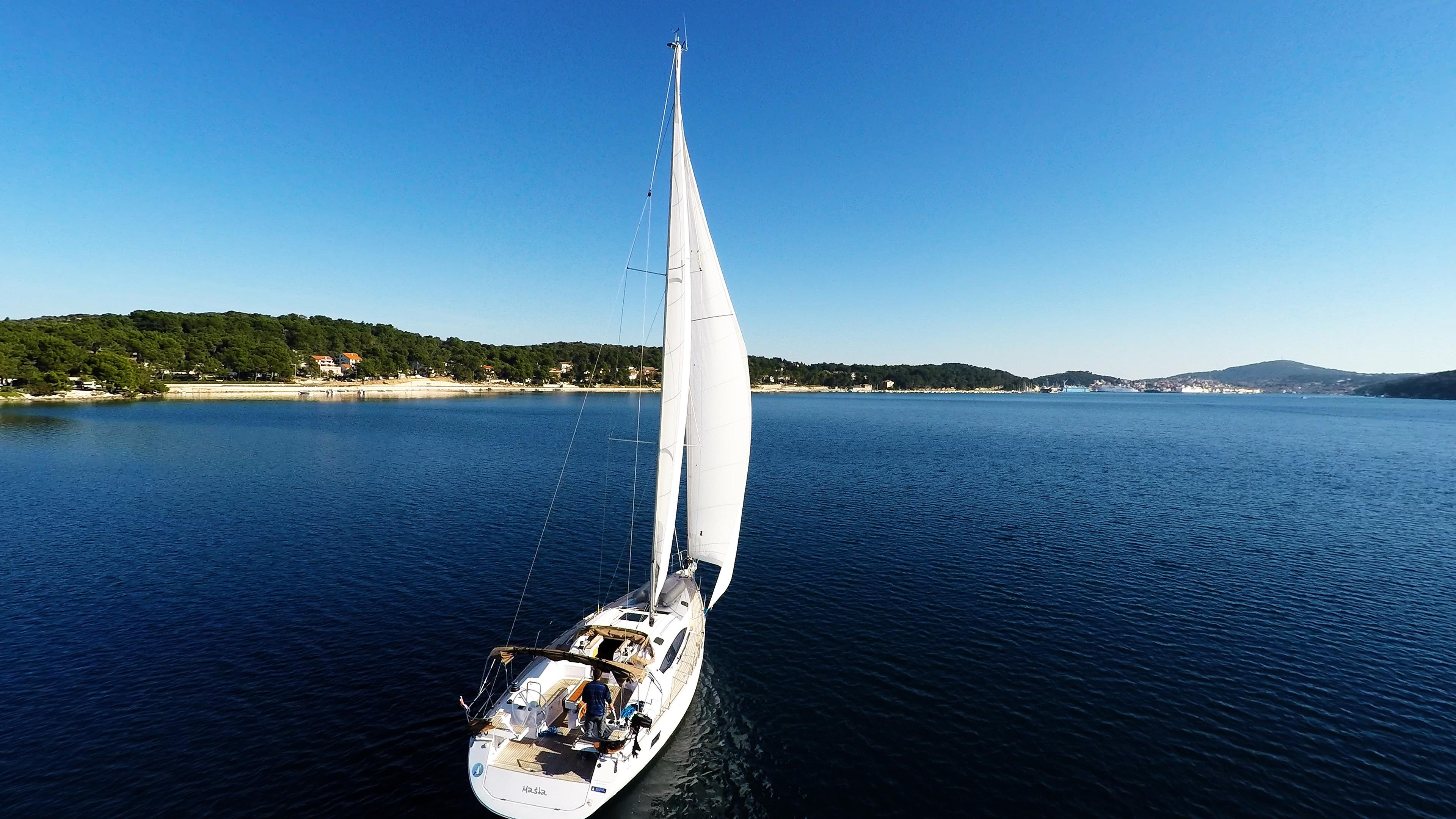 barcha a vela vele di yacht a vela baia del mare cielo blu barca a vela vela