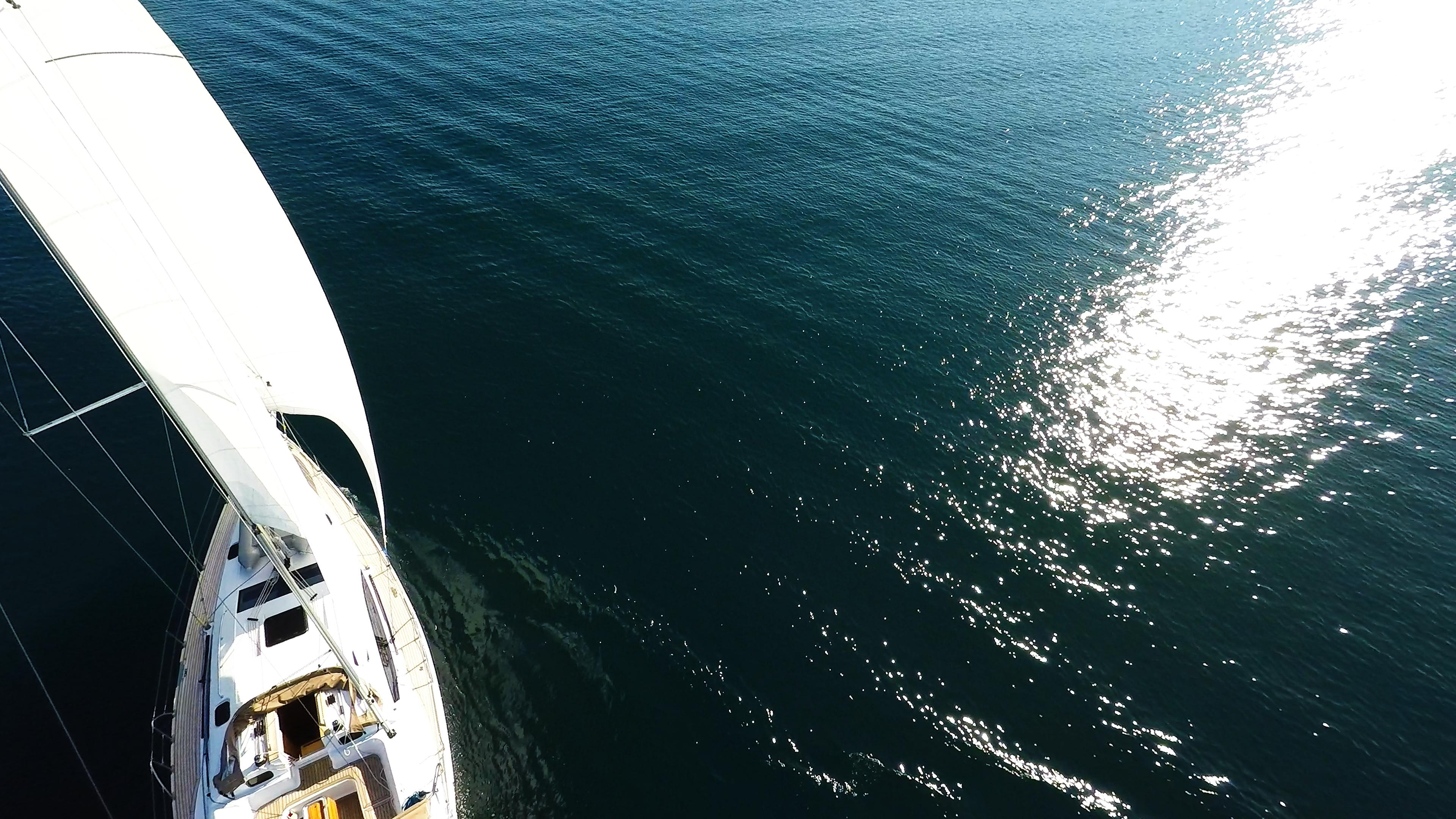 barcha a vela mare onde riflesso del sole barca a vela vele di yacht a vela