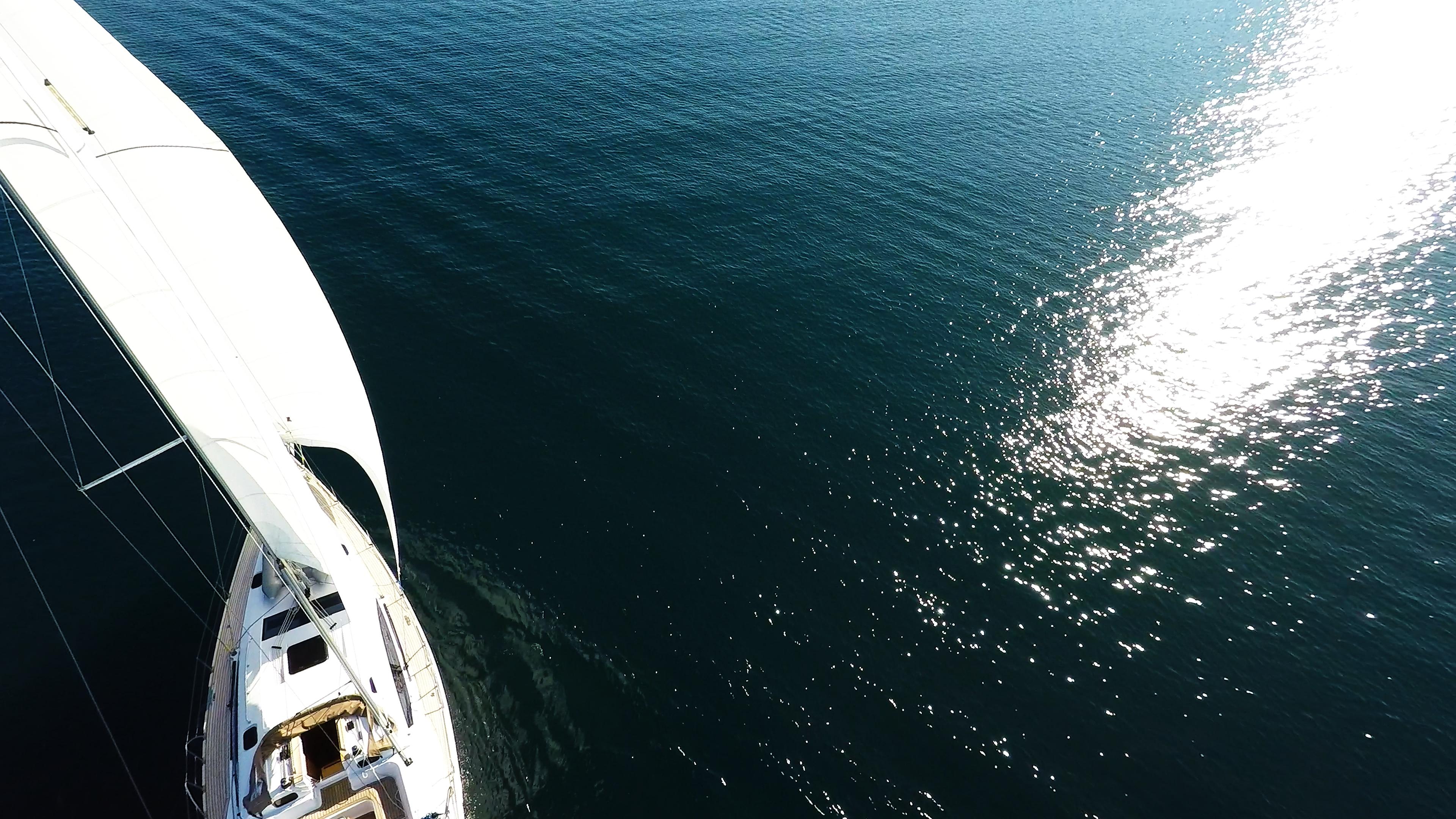 barcha a vela mare onde riflesso del sole vele di yacht a vela barca a vela