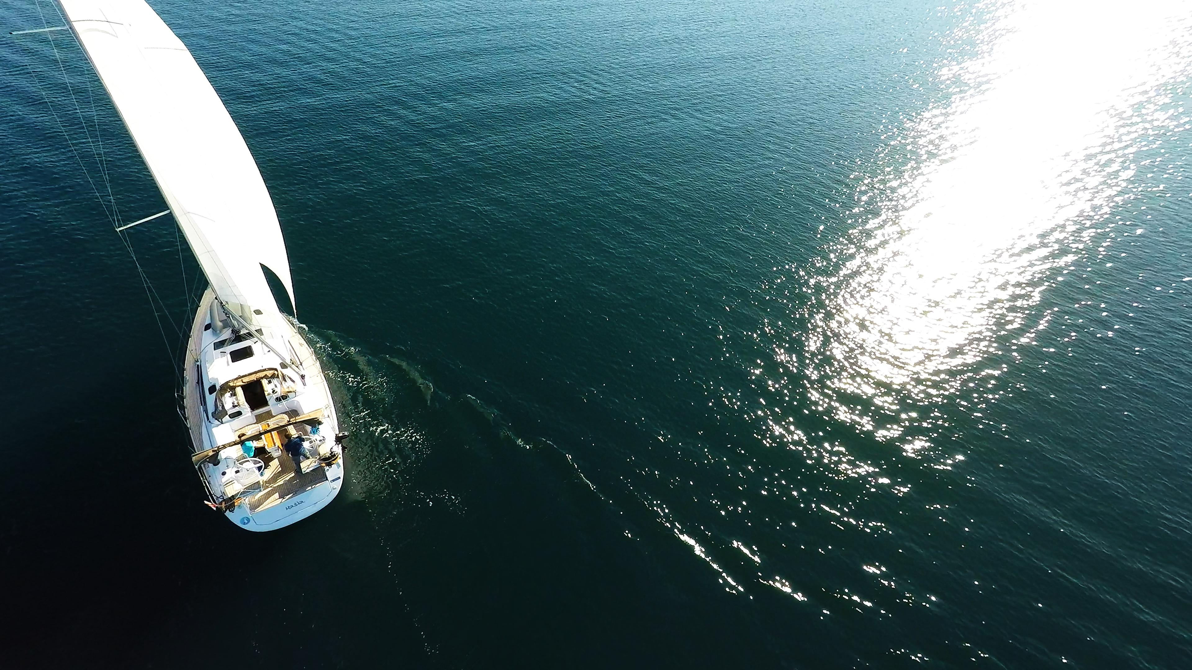 barcha a vela riflesso del sole sulla superficie del mare barca a vela vele di yacht a vela