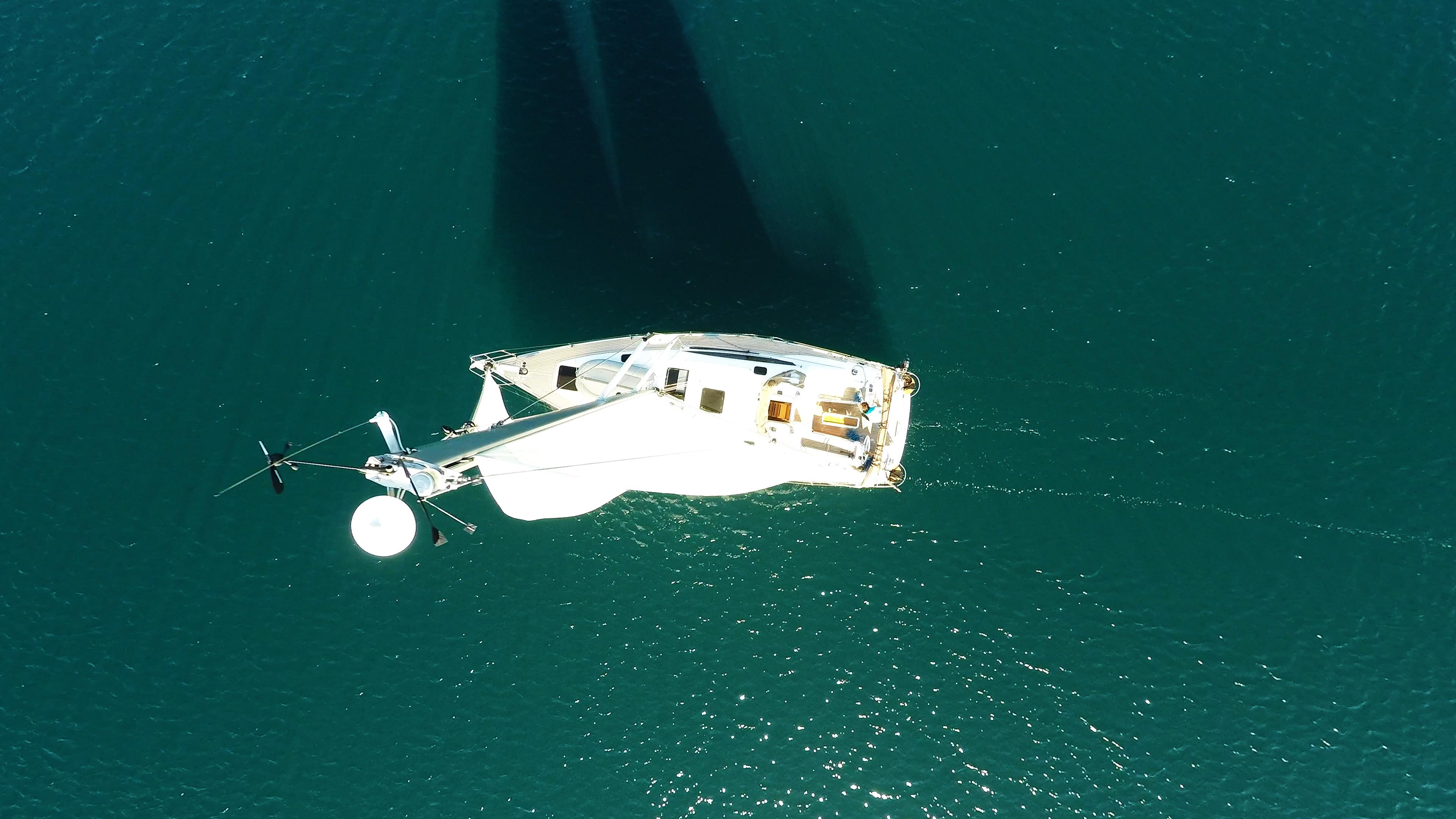 barcha a vela cima dell'albero indicatore del vento vele yacht a vela barca a vela