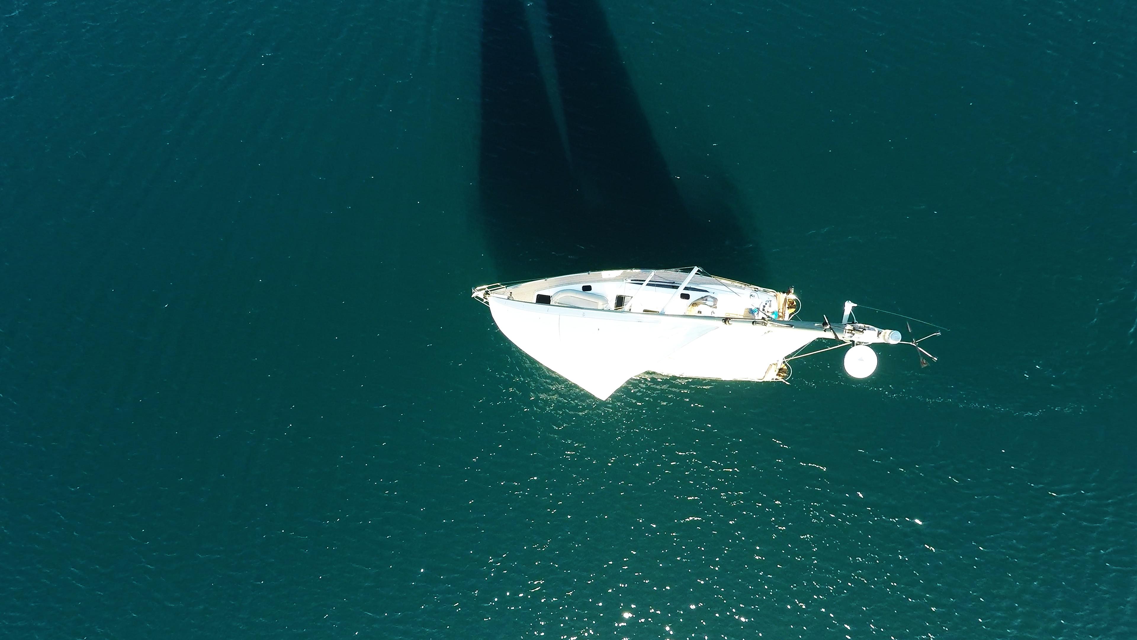 barcha a vela vista dall'alto cima d'albero vele barca a vela yacht a vela