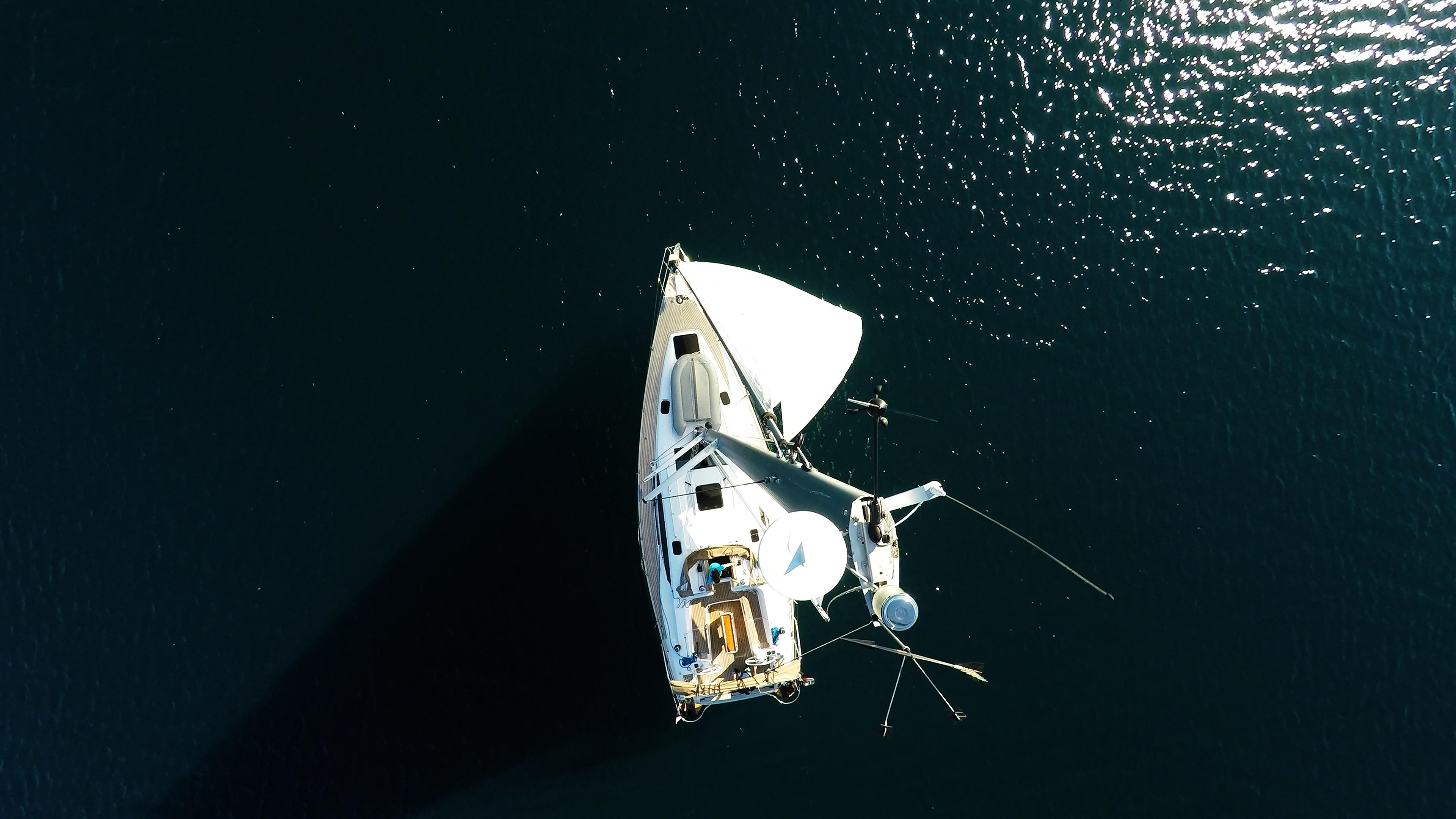 barcha a vela vista dall'cima dell'albero yacht a vela elan 45 impression pontein teak vele