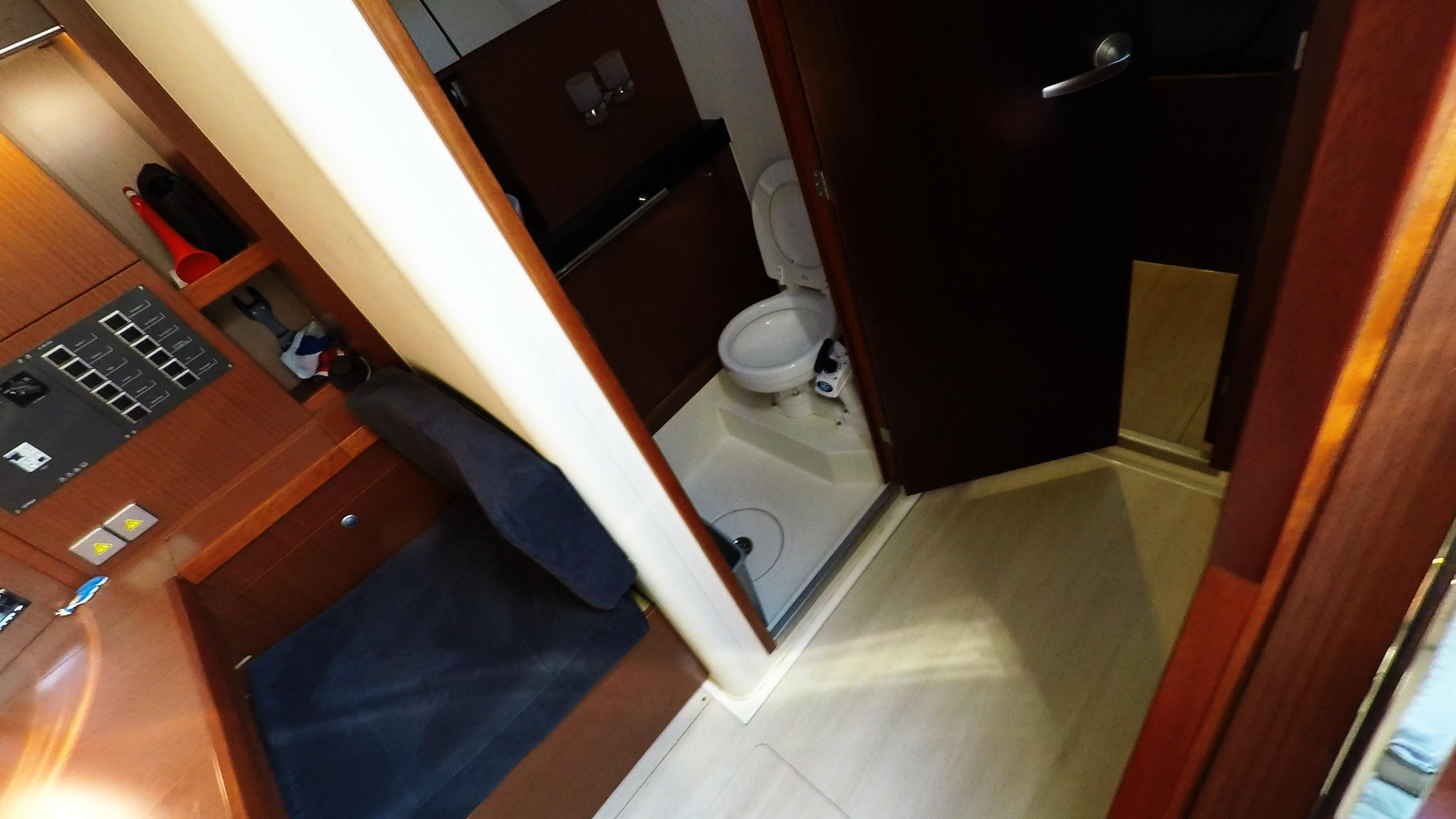 barcha a vela WC di poppa doccia yacht a vela Hanse 505