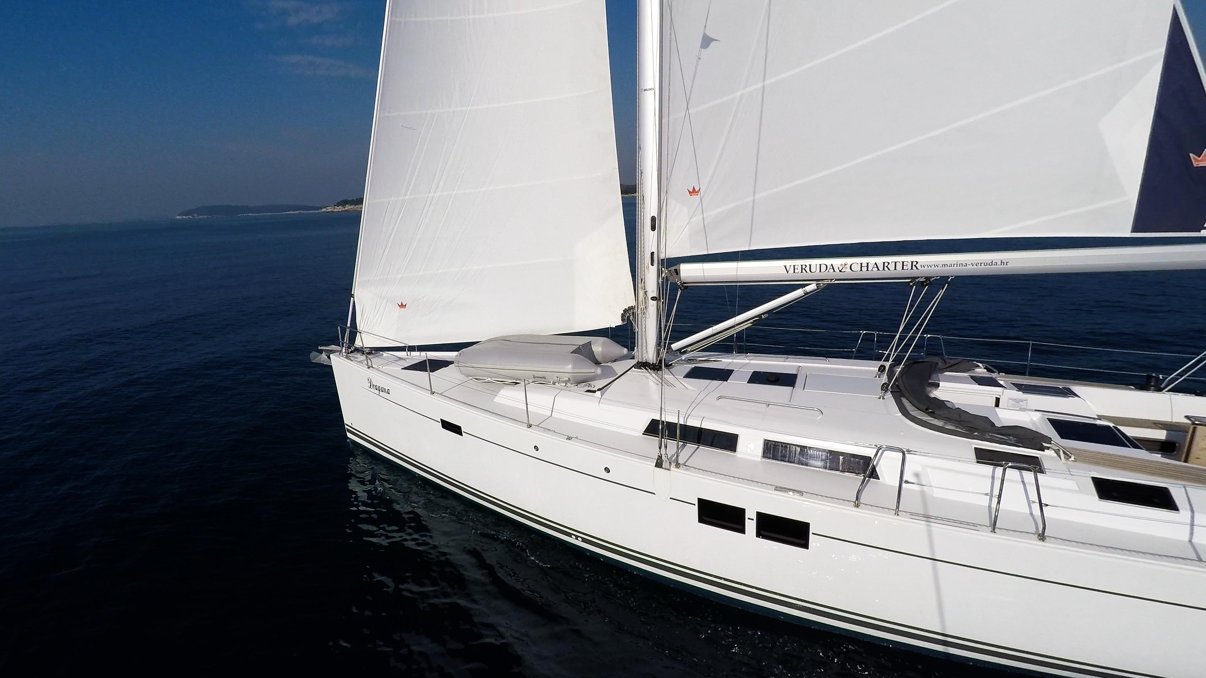 barcha a vela mare blu vele bianche prua della barca a vela