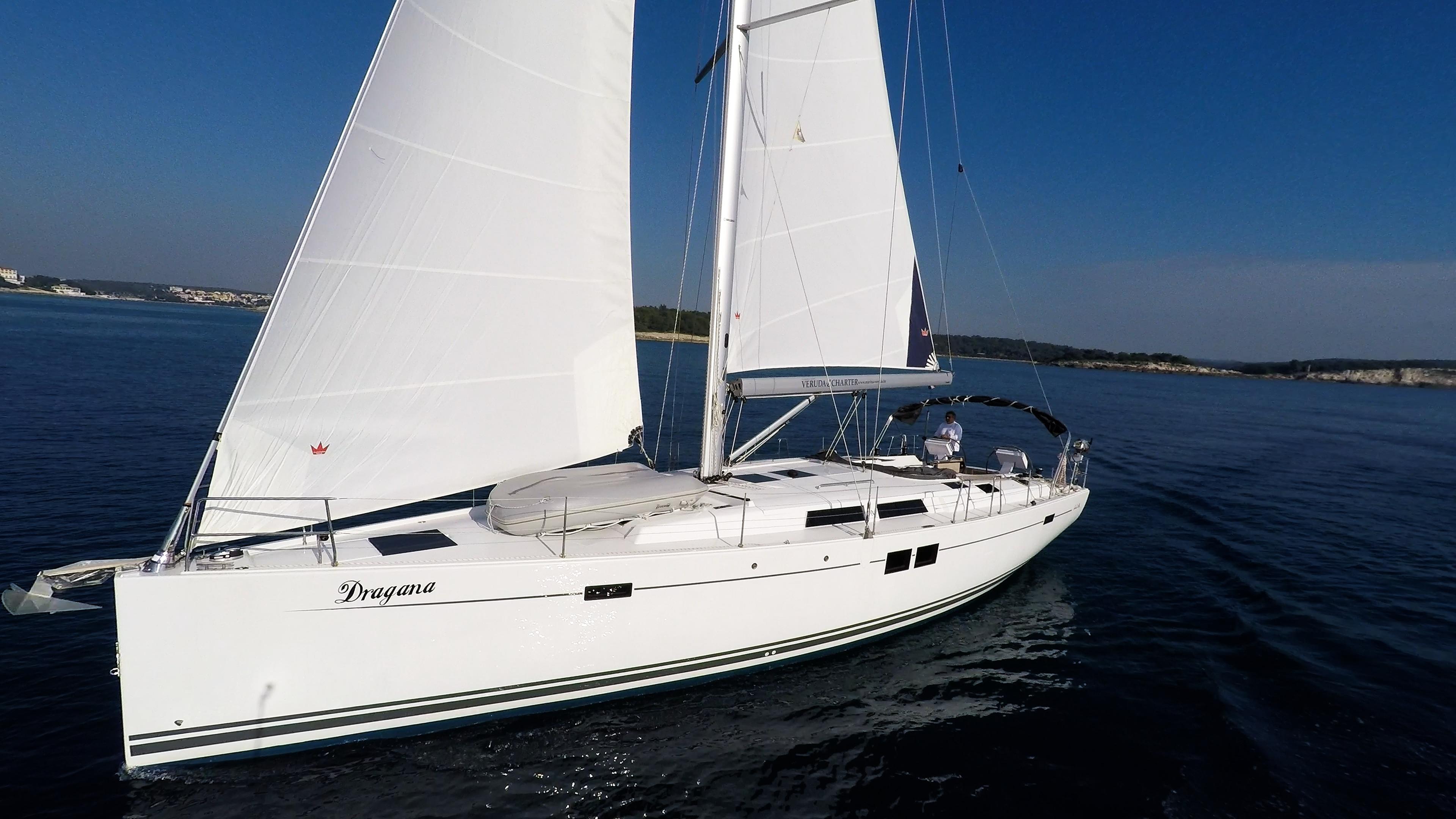 barcha a vela cielo blu mare vele bianche yacht a vela Hanse 505 barca a vela