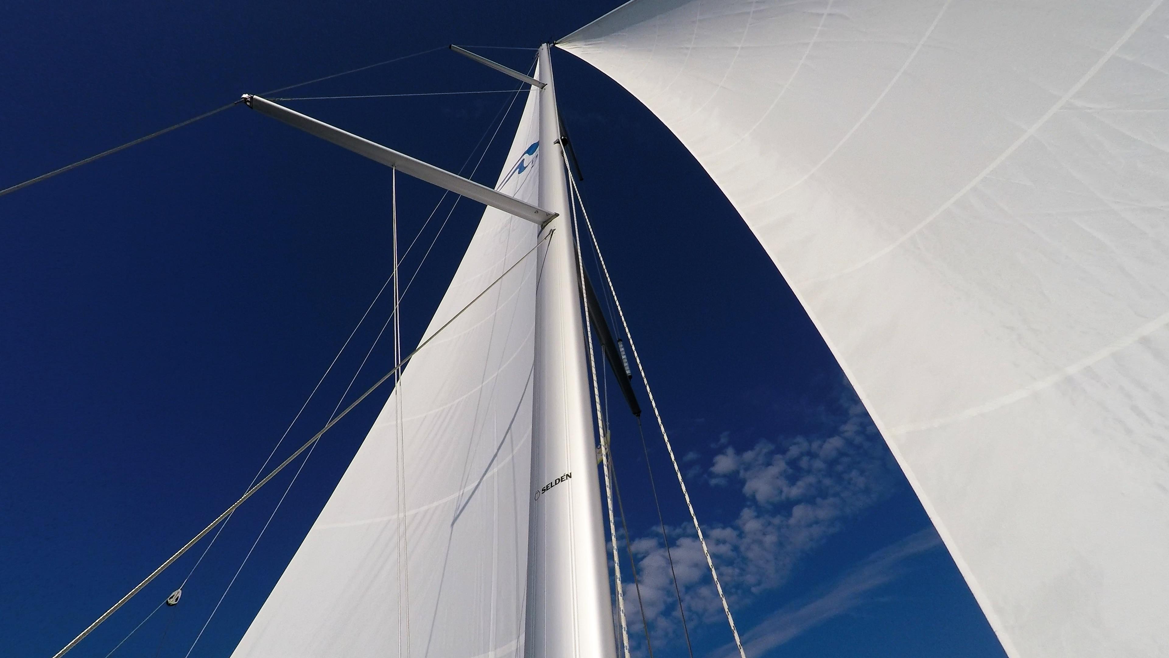 barcha a vela cielo blu vele bianche albero sartiame genova randa barca a vela veleggiare