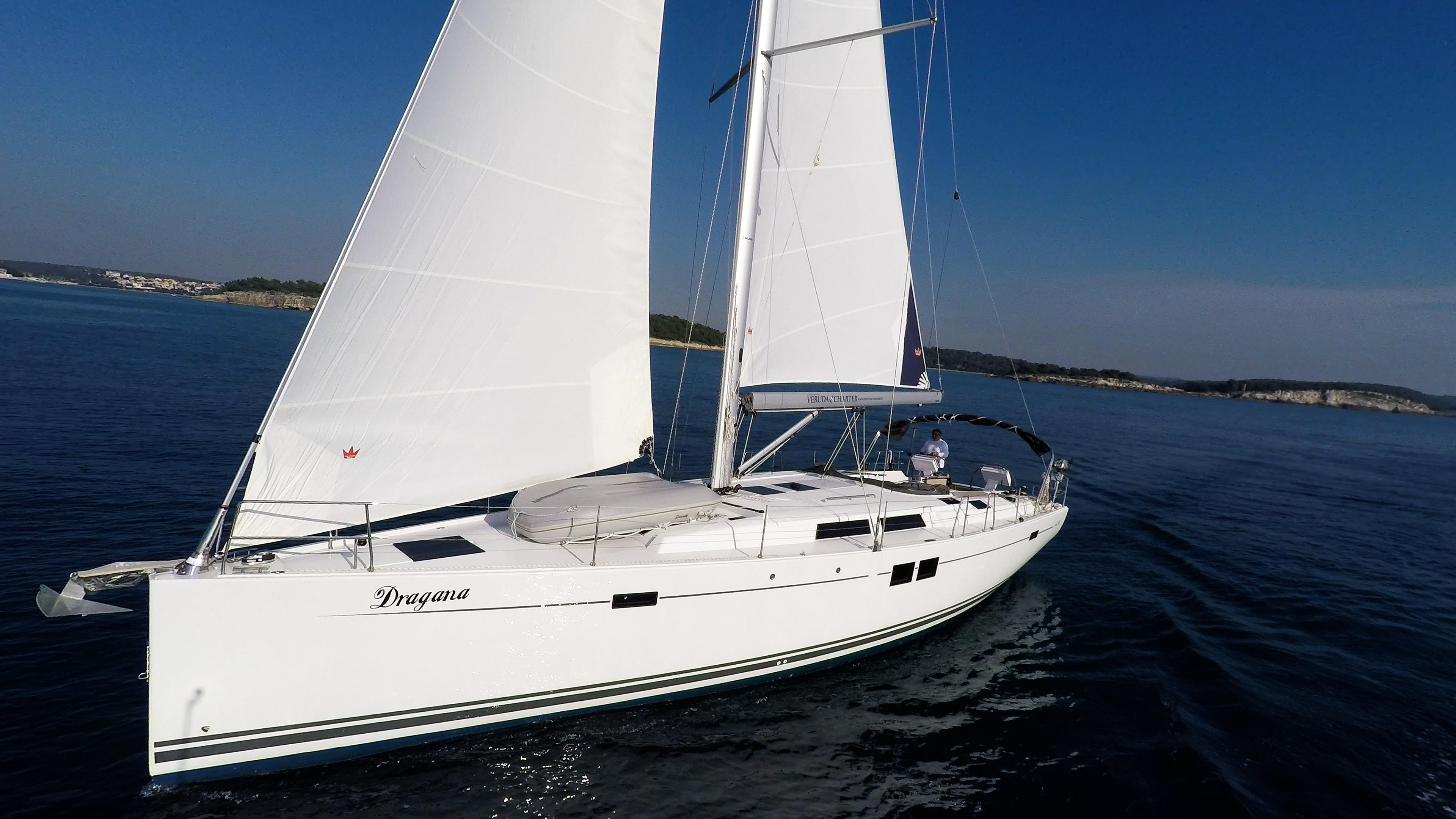 barcha a vela prua barca a vela Hanse 505 veleggiare vele cielo blu mare