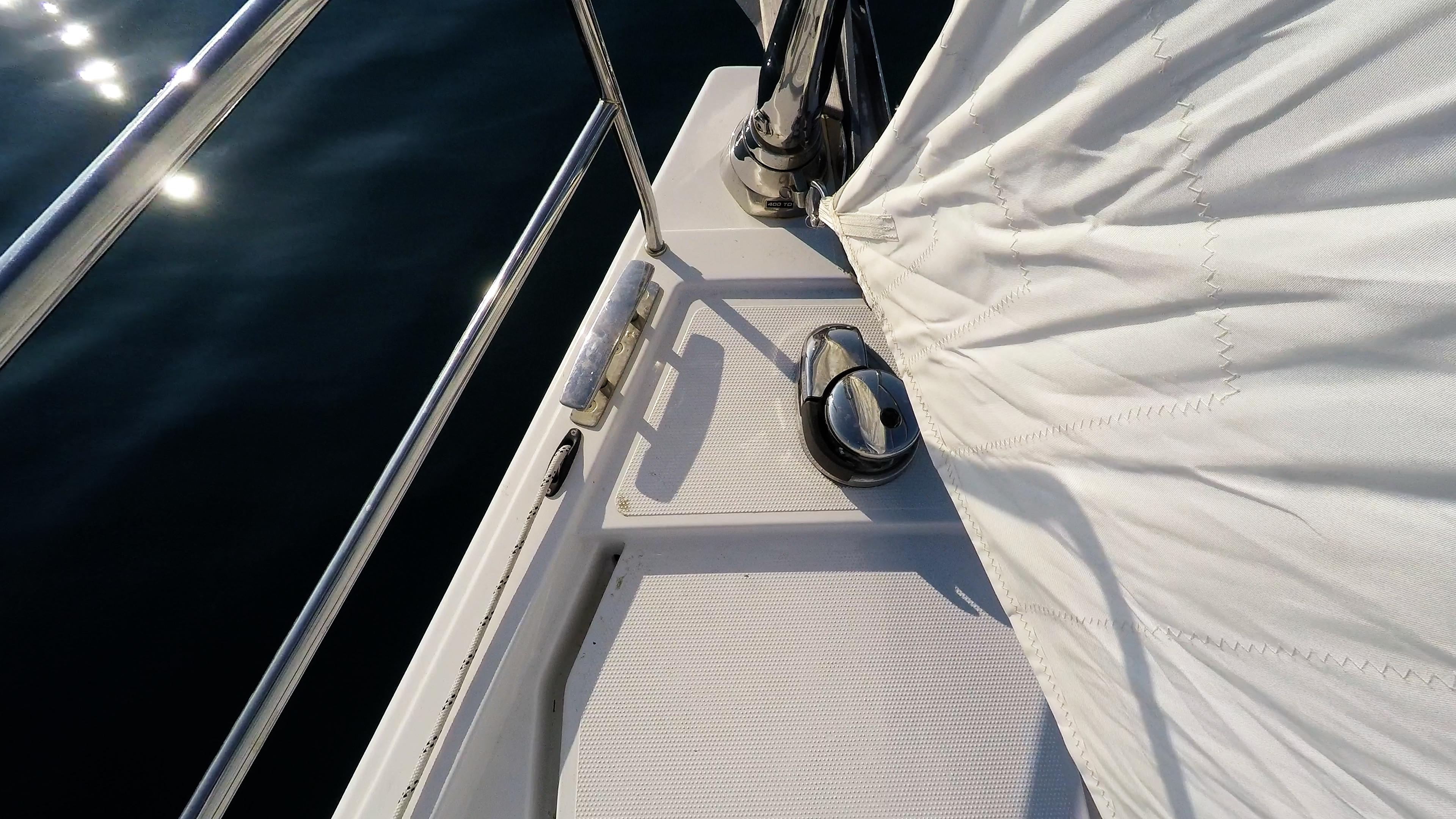 barcha a vela salpa ancora elettrico prua della barca a vela mare strallo