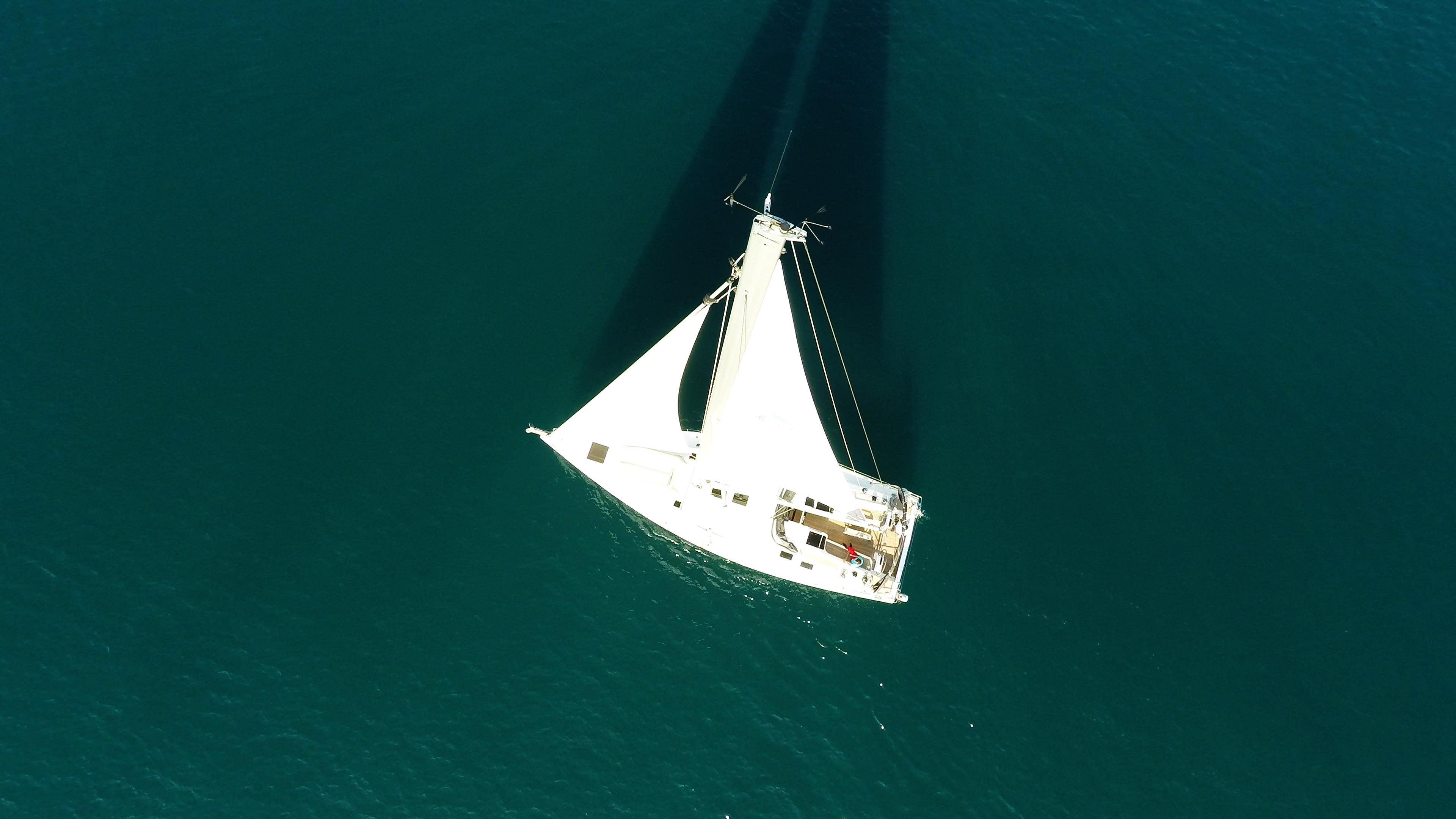 barcha a vela barca a vela vista di uccello cima dell'albero randa veleggiare ponte mare