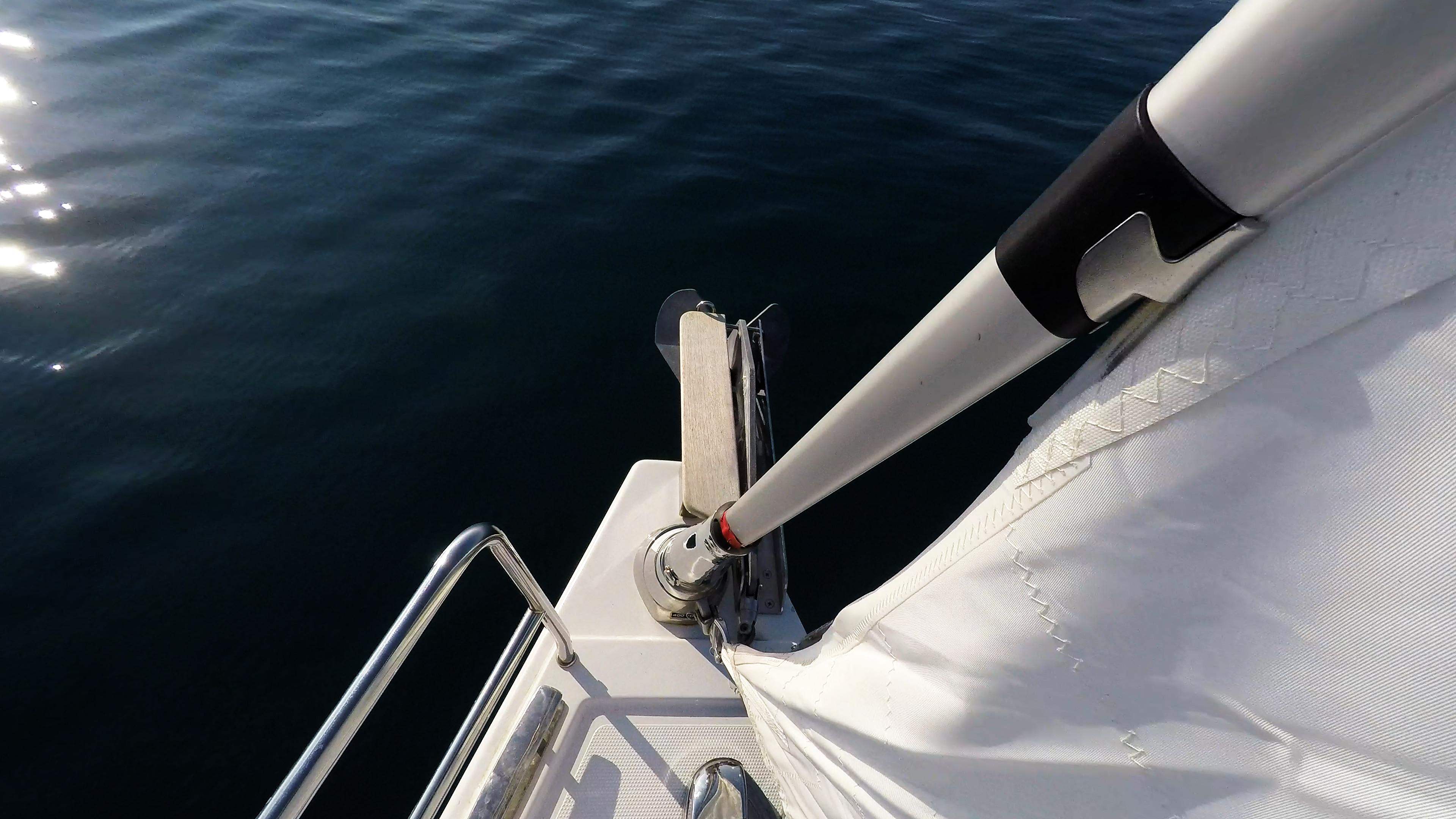 barcha a vela prua della barca a vela strallo rotolo genova ancora veleggiare mare blu