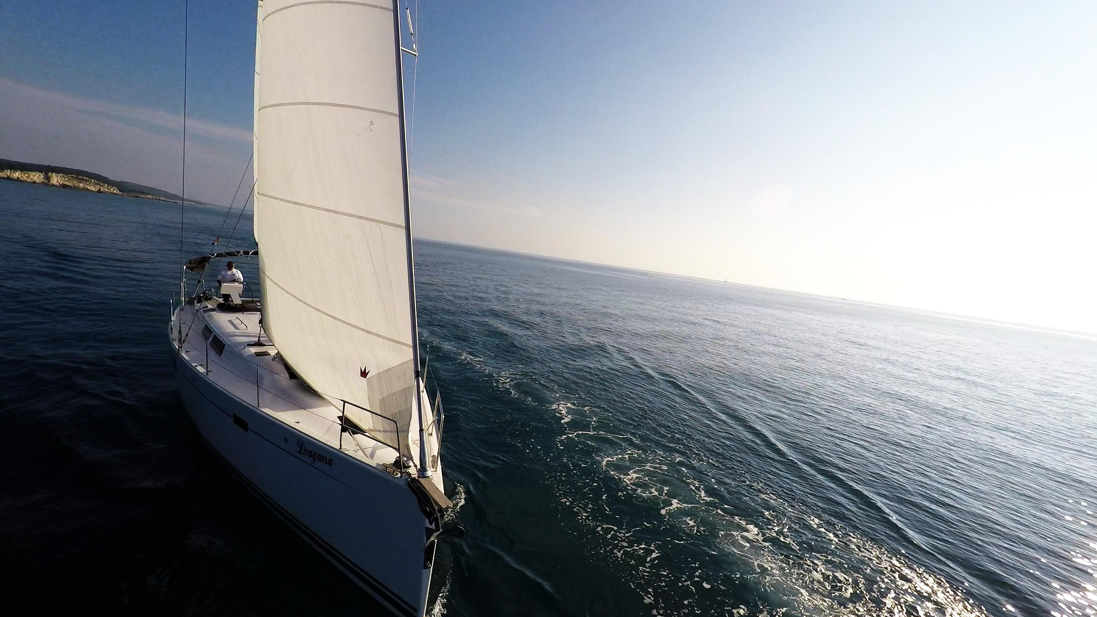 barcha a vela prua della barca a vela vele sole mare veleggiare