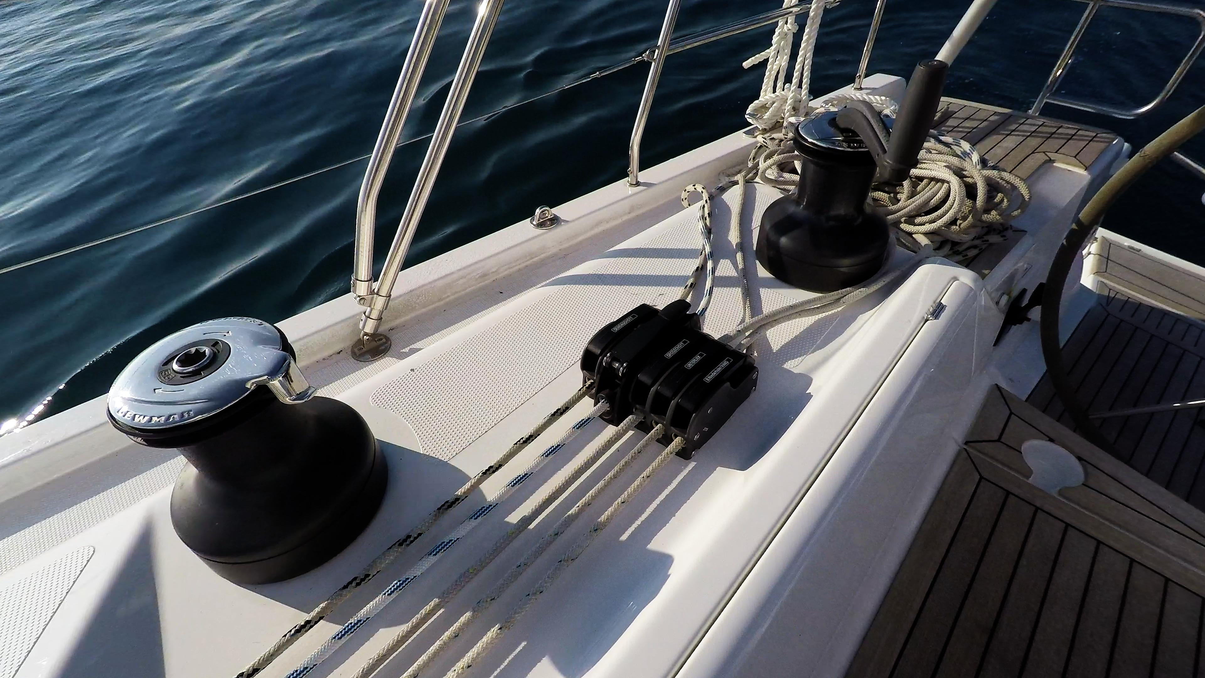 barcha a vela barca a vela ponte maniglia dell'verricello corda scimaper veleggiare