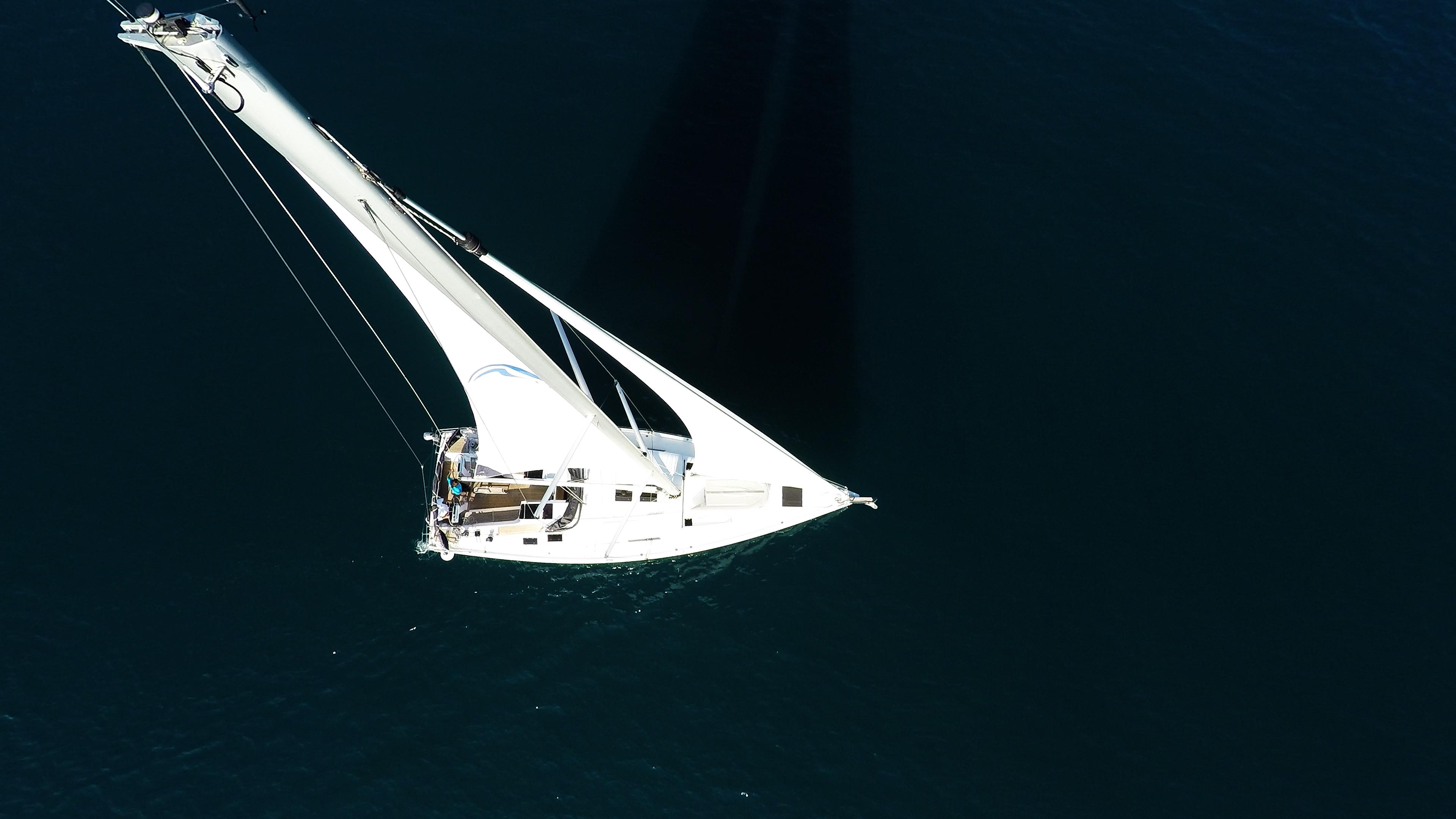 barcha a vela barca a vela dalla verticalee sopra veleggiare vele vela principale genova sartiame ponte mare blu