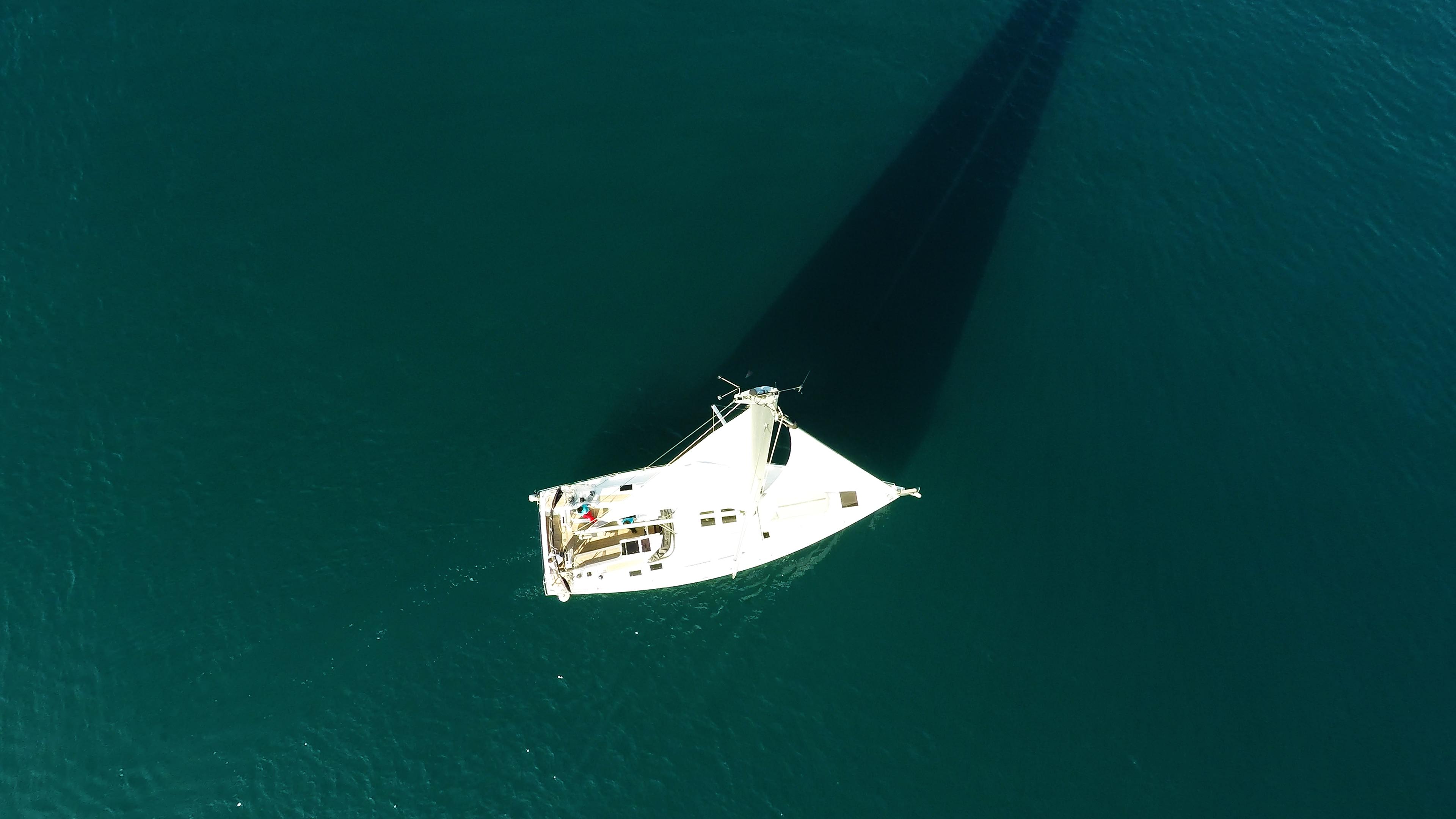 barcha a vela barca a vela dalla verticalee sopra mare veleggiare