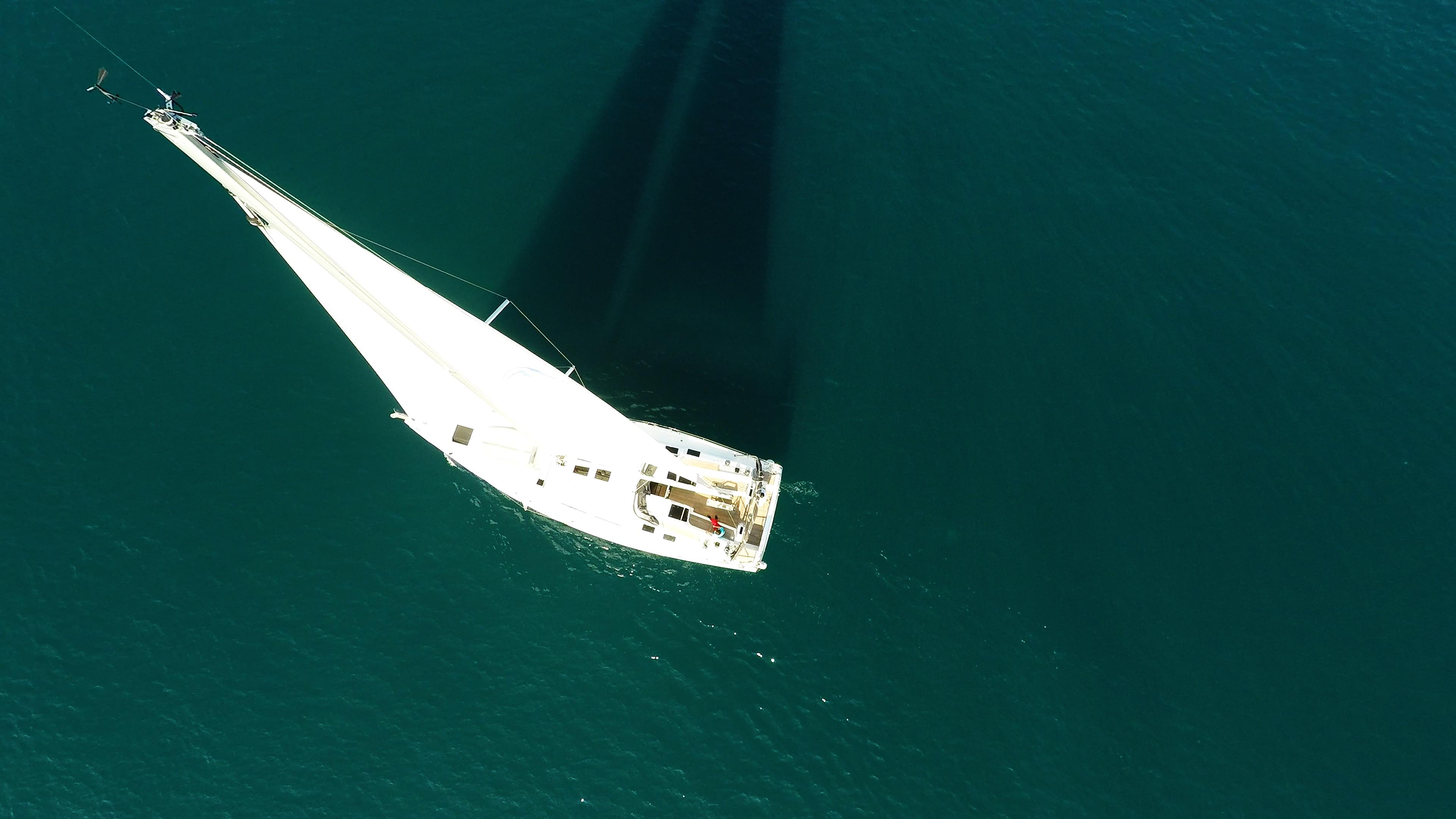 barcha a vela barca a vela nadir vista verticalee yacht a vela mare ponte
