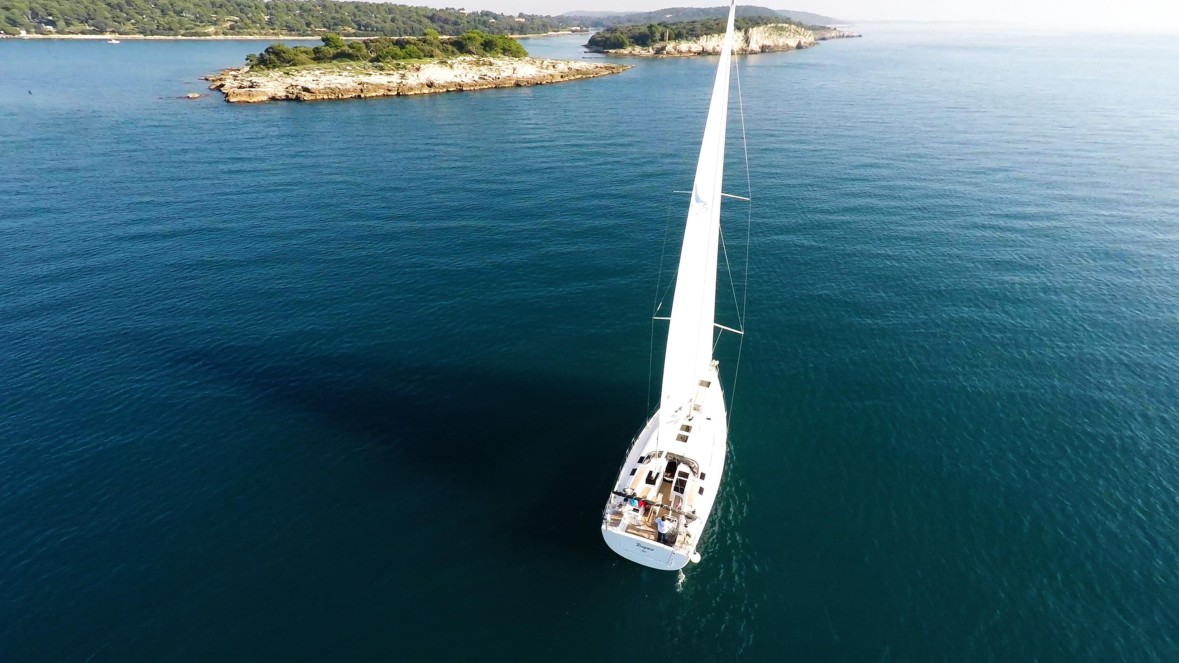 barcha a vela barca a vela veleggiare verso mare blu isole da sopra