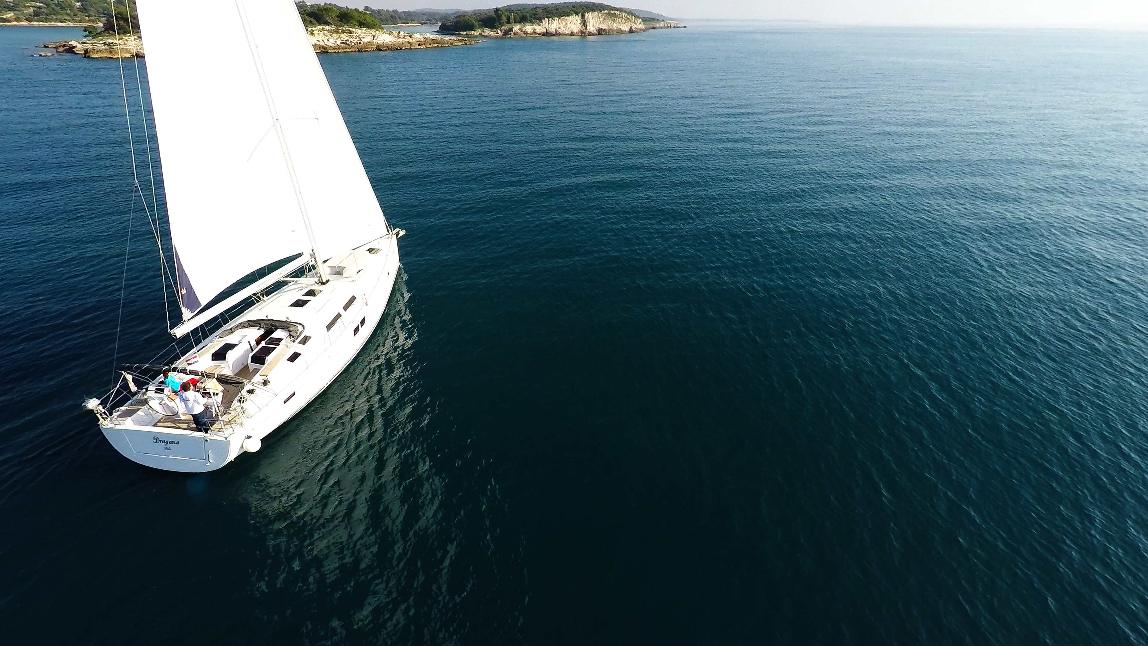 barcha a vela barca a vela veleggia verso le isole del mare blu soleggiato