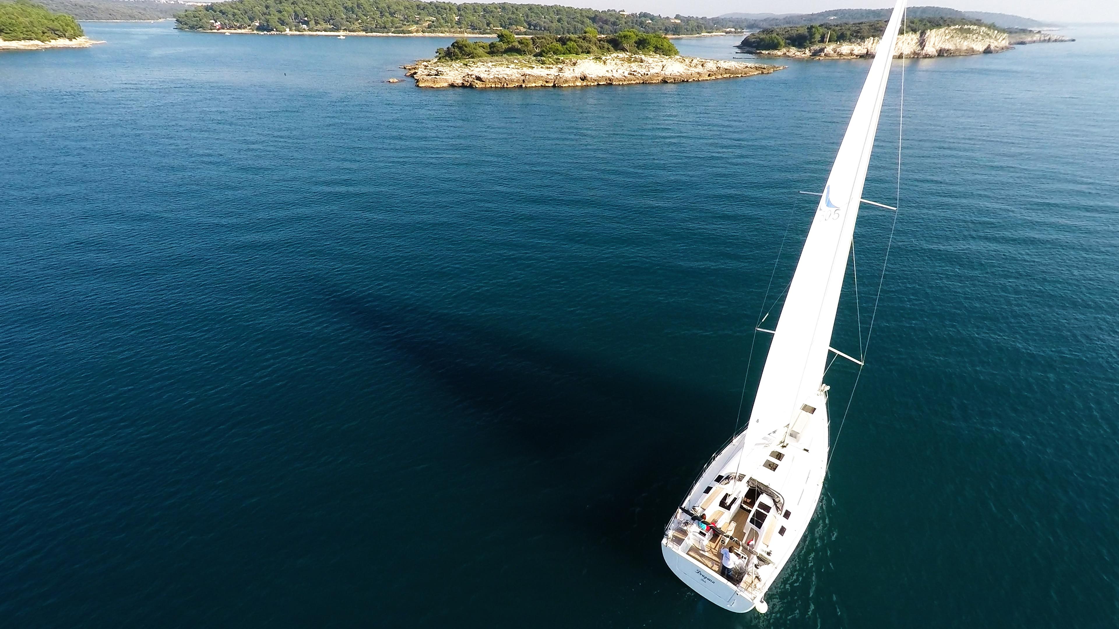 barcha a vela barca a vela veleggia verso le isole del mare da sopra