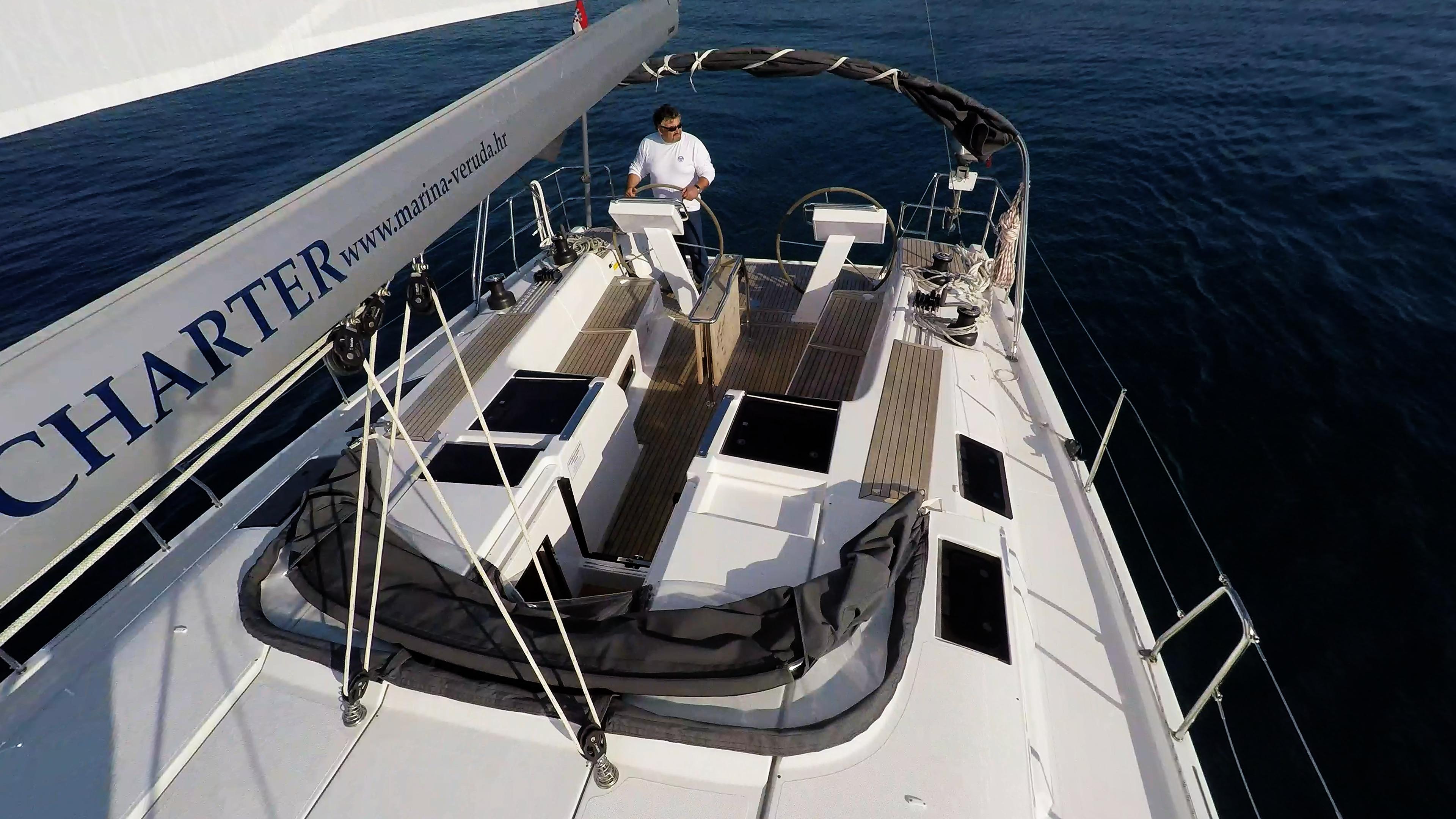 barcha a vela copertain teak per barche a vela doppio timone ruota pozzetto skipper veleggiare veleggiare al mare