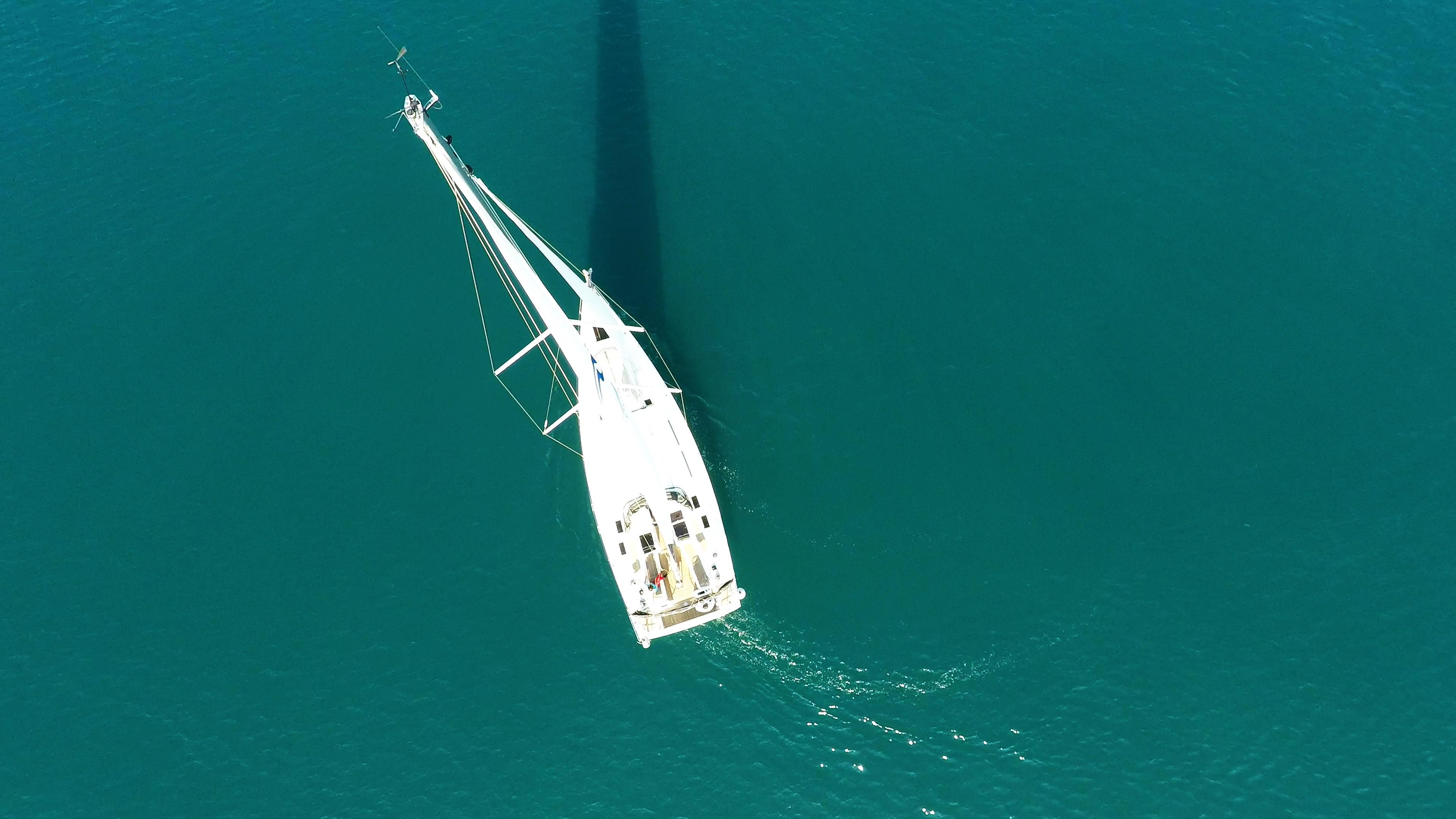 barcha a vela barca a vela Hanse 505 dall'aria nadir vista verticalee vele ponte albero sartiame
