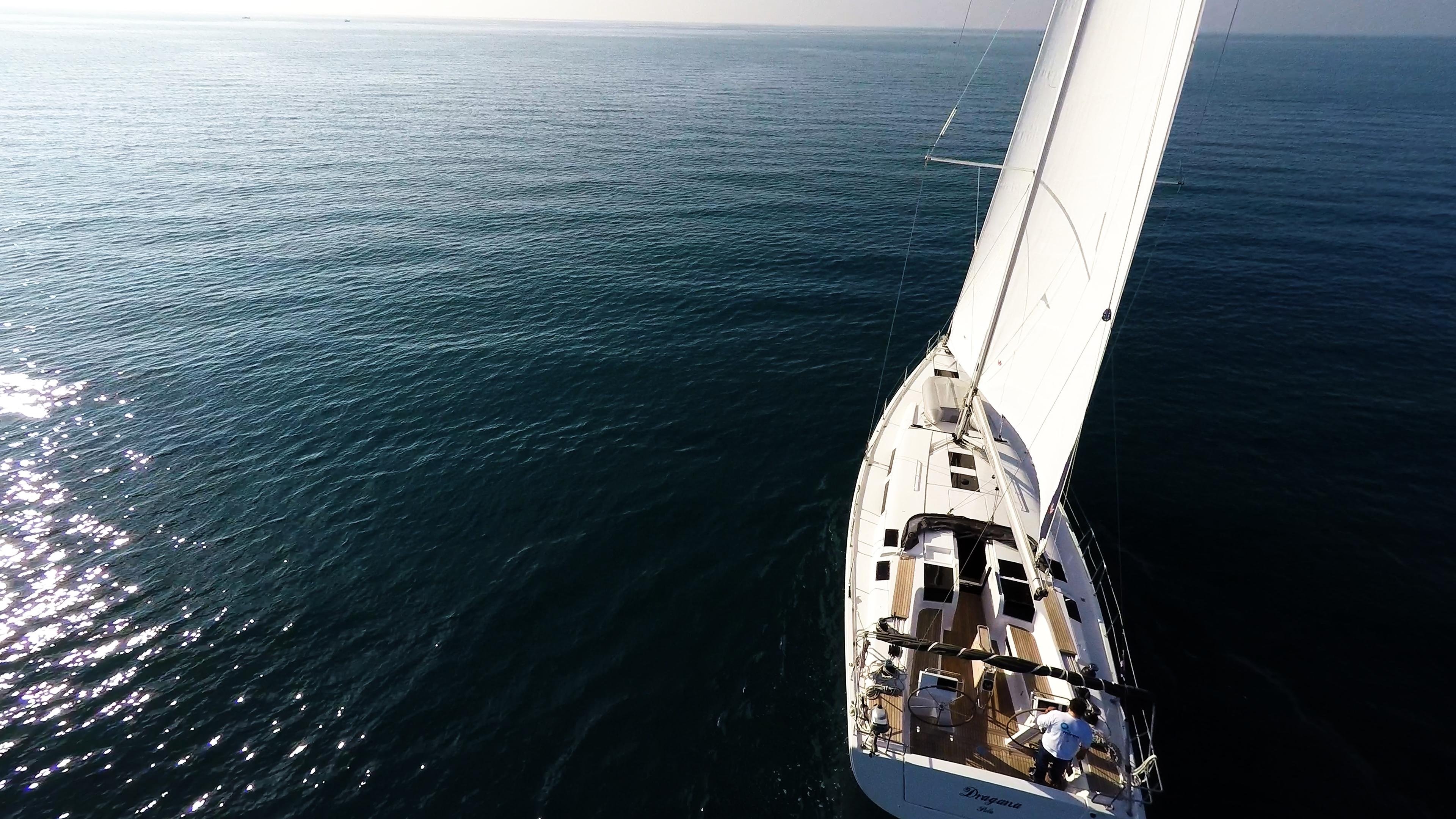 barcha a vela veleggiare nel sole barca a vela yacht mare