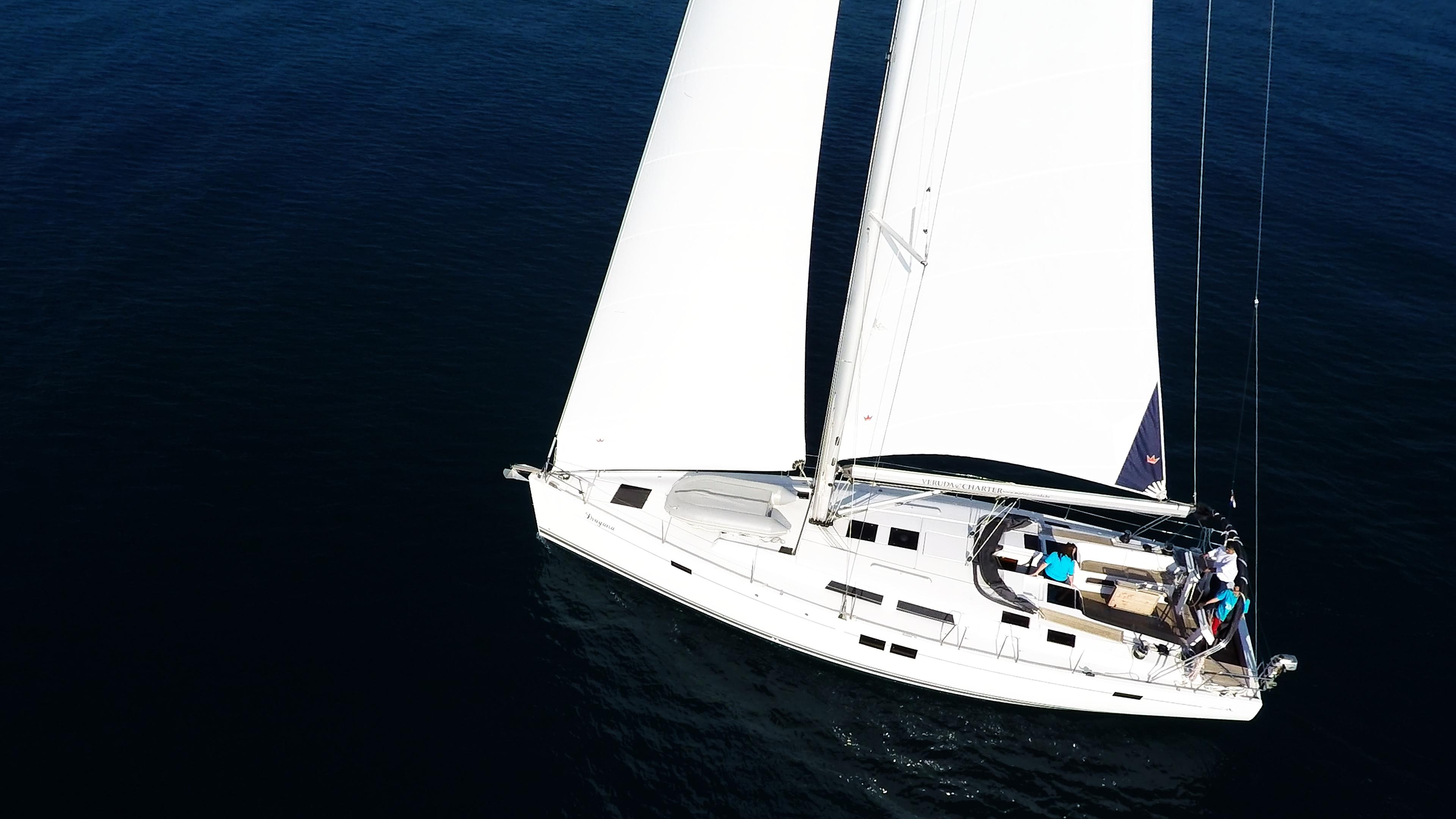 barcha a vela yacht a vela mare blu da sopra aereo