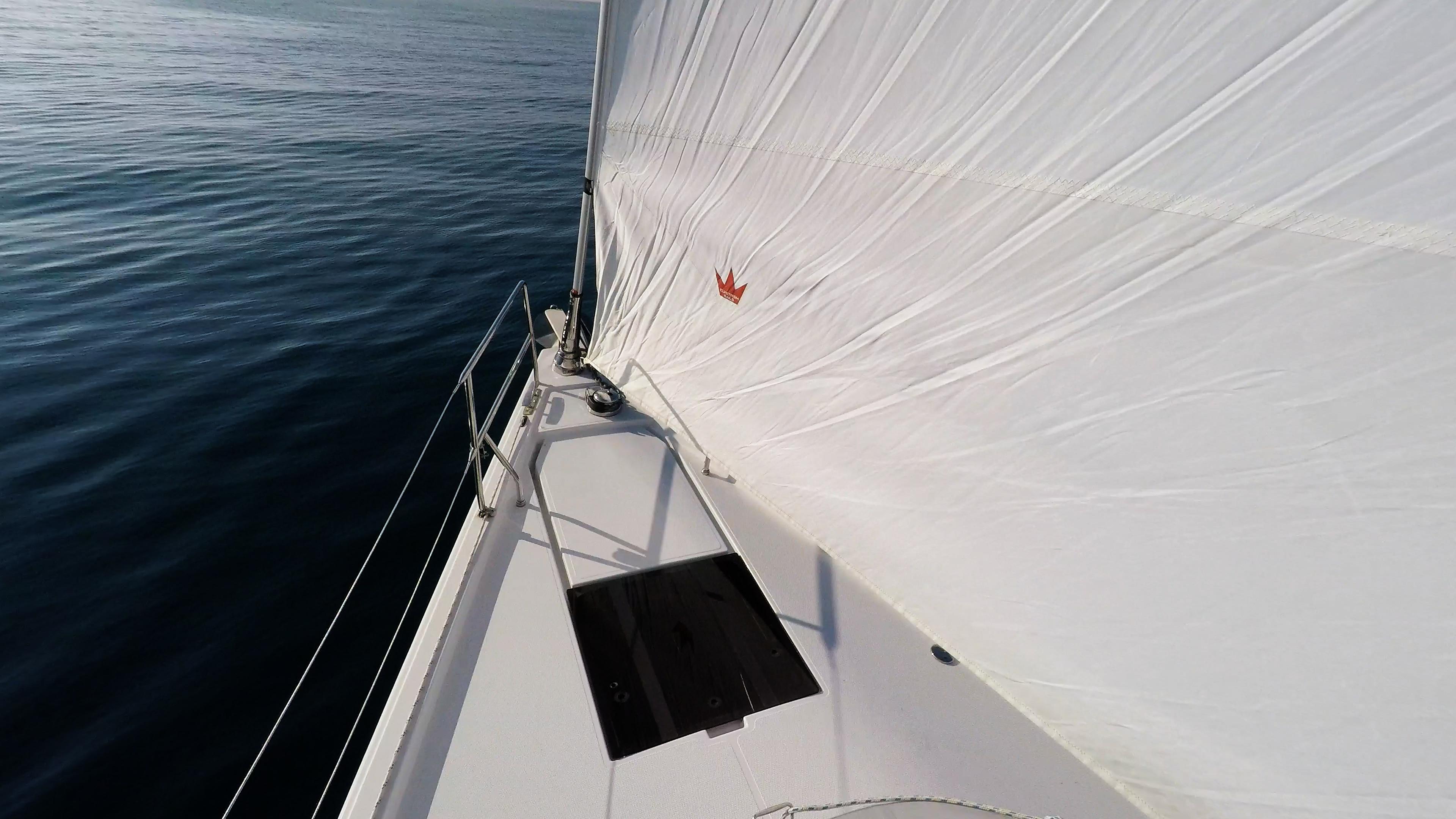 barcha a vela prua di yacht a vela genova strallo vela anteriore barca mare blu sole