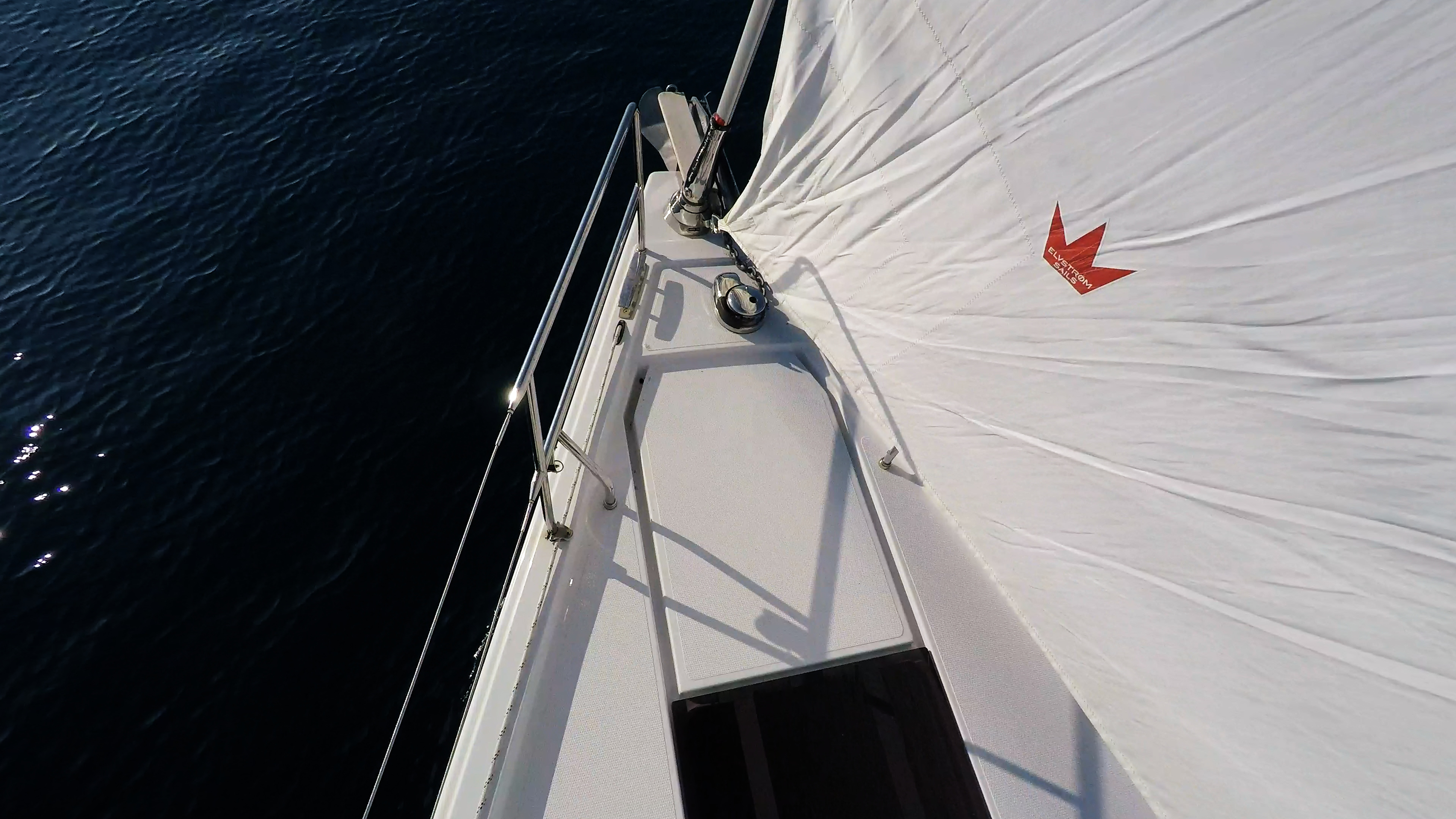 barcha a vela prua di yacht a vela rotolo genova ponte ancora mare blu